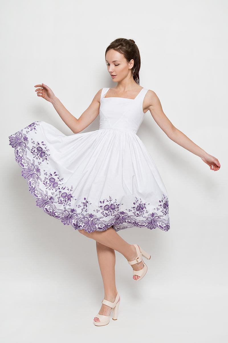 ПлатьеP94K-PЭлегантное платье Анна Чапман подарит удобство и поможет вам подчеркнуть свой вкус и неповторимый стиль. Изготовленное из натурального хлопка, оно мягкое на ощупь, не раздражает кожу и хорошо вентилируется. Модель с квадратным вырезом горловины без рукавов на спинке застегивается на потайную застежку-молнию. Необычное расположение нагрудных вытачек придает силуэту еще более утонченный вид и еще больше подчеркивает талию. Складки на отрезной юбке дарят образу романтичность. По низу юбки изделие оформлено экслюзивной вышивкой. Цветочный орнамент создала старейшая вышивальная фабрика России Новый мир. В таком наряде вы несомненно окажетесь в центре внимания.