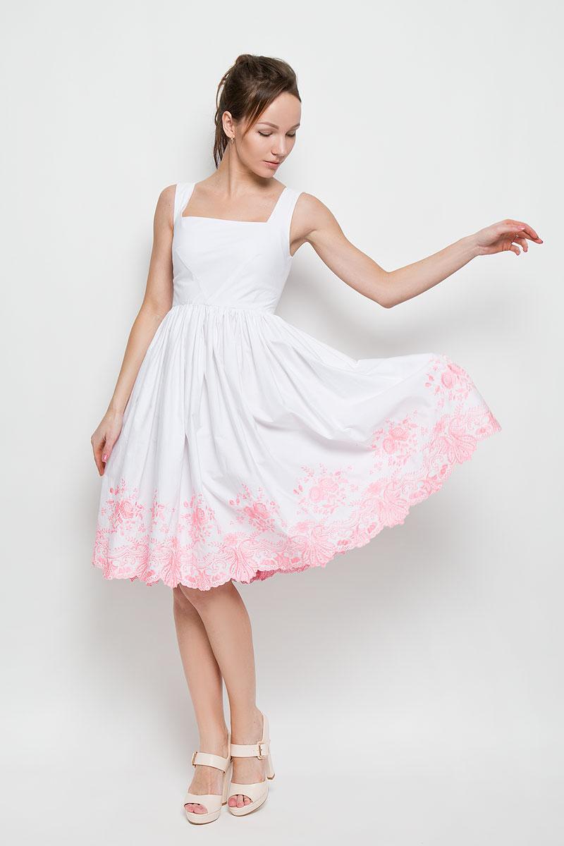 P94K-PЭлегантное платье Анна Чапман подарит удобство и поможет вам подчеркнуть свой вкус и неповторимый стиль. Изготовленное из натурального хлопка, оно мягкое на ощупь, не раздражает кожу и хорошо вентилируется. Модель с квадратным вырезом горловины без рукавов на спинке застегивается на потайную застежку-молнию. Необычное расположение нагрудных вытачек придает силуэту еще более утонченный вид и еще больше подчеркивает талию. Складки на отрезной юбке дарят образу романтичность. По низу юбки изделие оформлено экслюзивной вышивкой. Цветочный орнамент создала старейшая вышивальная фабрика России Новый мир. В таком наряде вы несомненно окажетесь в центре внимания.