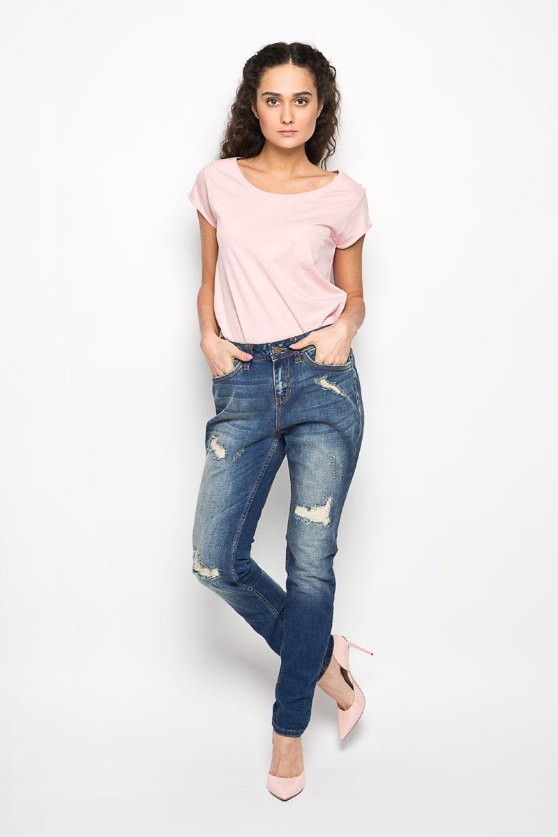 Джинсы женские Denim Lynn. 6204557.62.716204557.62.71_1052Стильные женские джинсы Tom Tailor Denim Lynn, выполненные из хлопка с добавлением эластана, позволят вам создать неповторимый, запоминающийся образ. Джинсы-слим с заниженной ластовицей и средней посадкой и застегиваются на пуговицу в поясе и ширинку на застежке-молнии. Модель имеет шлевки для ремня. Изделие дополнено спереди двумя втачными карманами и маленьким накладным кармашком, сзади - двумя накладными карманами. Модель оформлена потертостями и рваным эффектом. Эти модные джинсы послужат отличным дополнением к вашему гардеробу. В них вы всегда будете чувствовать себя уверенно и удобно.