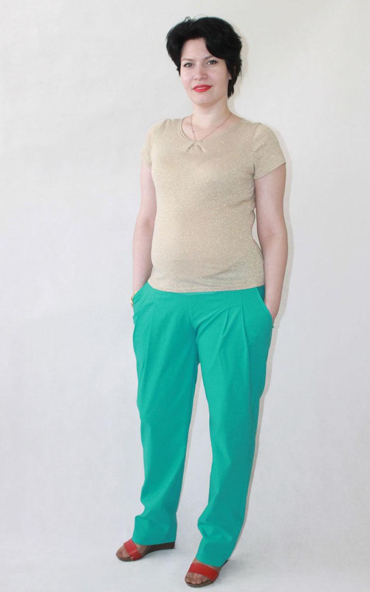 107505Стильные брюки, выполнены из натуральной ткани. Впереди заложены складки, на бедрах обработаны карманы. В модели предусмотрен эластичный пояс с бандажной резинкой. Благодаря универсальной посадке вы сможете с успехом носить эти брюки и после рождения малыша. Фэст - одежда по вашей фигуре.