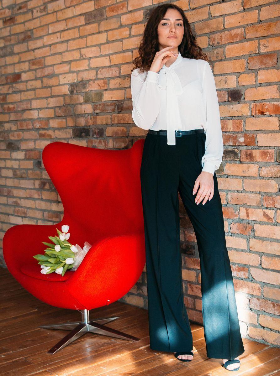 Брюкиб026Стильные женские брюки Lautus - это изделие высочайшего качества, которое превосходно сидит и подчеркнет все достоинства вашей фигуры. Прямые брюки свободного кроя и завышенной посадки выполнены из эластичного полиэстера с добавлением вискозы, что обеспечивает комфорт и удобство при носке. Брюки застегиваются на пуговицу в поясе и ширинку на застежке-молнии, имеются шлевки для ремня. Изделие дополнено двумя втачными карманами спереди. Эти модные и в то же время комфортные брюки послужат отличным дополнением к вашему гардеробу и помогут создать неповторимый современный образ.