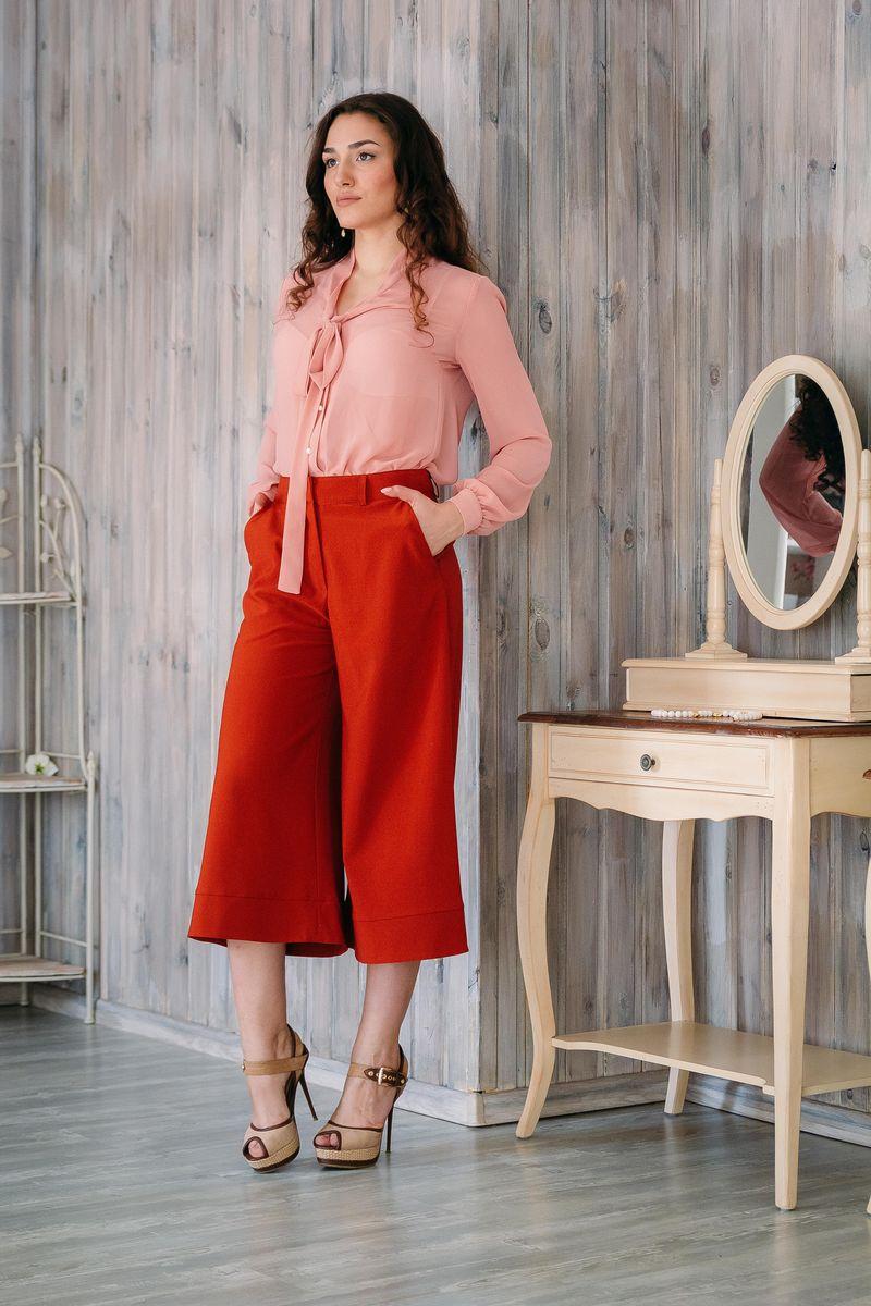 Брюки-кюлот женские. б024б024Стильные женские брюки-кюлот Lautus - это изделие высочайшего качества, которое превосходно сидит и подчеркнет все достоинства вашей фигуры. Они выполнены из эластичного полиэстера с добавлением вискозы, что обеспечивает комфорт и удобство при носке, а также долговечность и опрятный внешний вид. Модные брюки-кюлот свободного кроя и стандартной посадки станут отличным дополнением к вашему современному образу. Брюки застегиваются на пуговицу в поясе и ширинку на застежке-молнии, имеются шлевки для ремня. Брюки-кюлот имеют два втачных кармана спереди. Эти модные и в то же время комфортные брюки-кюлот послужат отличным дополнением к вашему гардеробу.