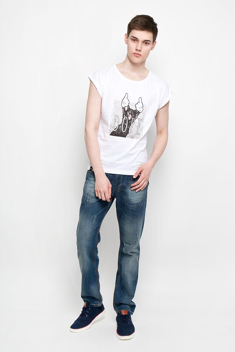 Футболка14585Мужская футболка Dedicated Visby Dore Cat поможет создать отличный современный образ в стиле Casual. Модель, изготовленная на натурального хлопка, очень мягкая, тактильно приятная, не сковывает движения и позволяет коже дышать. Футболка с круглым вырезом горловины и короткими рукавами-кимоно спереди оформлена изображением кота и надписью Dore. Вырез горловины дополнен трикотажной резинкой. На рукавах предусмотрены декоративные отвороты. Нижняя часть модели по боковым швам оформлена разрезами. Такая футболка станет стильным дополнением к вашему гардеробу, она подарит вам комфорт в течение всего дня!