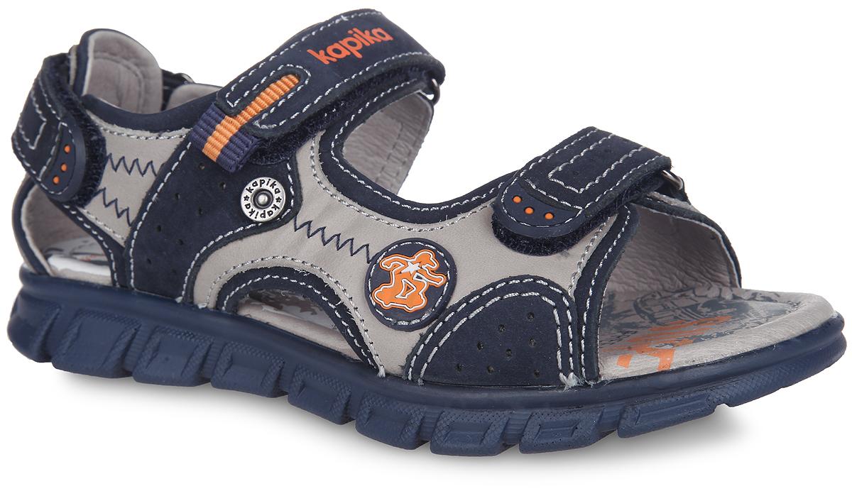 Сандалии для мальчика. 3222732227-2Невероятно модные сандалии от Kapika приведут в восторг вашего мальчика! Модель выполнена из натуральной кожи и оформлена контрастной прострочкой, на верхнем ремешке - тиснением в виде названия бренда, сбоку - прорезиненной нашивкой с изображением скейтбордиста. Ремешки на застежках-липучках надежно зафиксируют изделие на ноге и отрегулируют нужный объем. Подкладка и стелька из натуральной кожи позволяют ногам дышать. Стелька, оформленная принтом с изображением пальм, дополнена супинатором. Супинатор отвечает за правильное положение ноги ребенка при ходьбе, предотвращает плоскостопие. Протектор на подошве гарантирует отличное сцепление с любой поверхностью. Стильные сандалии займут достойное место в гардеробе вашего ребенка.