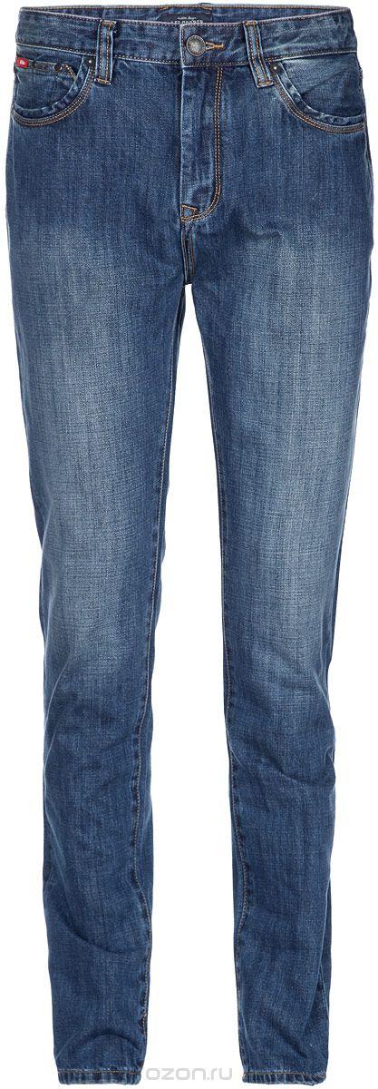 Джинсы мужские. M10076-1301M10076-1301/WN14Стильные мужские джинсы Lee Cooper - джинсы высочайшего качества, которые прекрасно сидят. Модель слегка зауженного к низу кроя и средней посадки изготовлена натурального хлопка, не сковывает движения и дарит комфорт. Джинсы на талии застегиваются на металлическую пуговицу, а также имеют ширинку на металлической застежке-молнии и шлевки для ремня. Спереди модель дополнена двумя втачными карманами и двумя накладными небольшими кармашками, а сзади - двумя большими накладными карманами. Изделие оформлено небольшим эффектом потертости. Эти модные и в тоже время удобные джинсы помогут вам создать оригинальный современный образ. В них вы всегда будете чувствовать себя уверенно и комфортно.