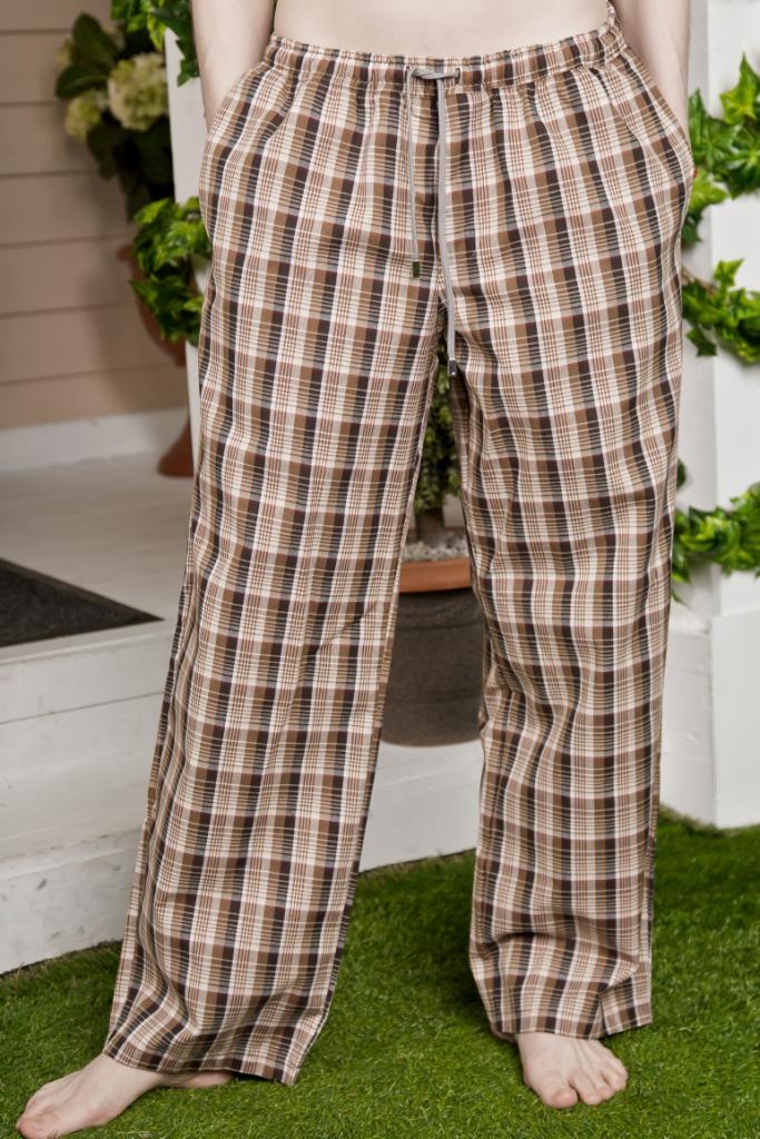 Брюки мужские. 71172305037117230503Мужские брюки Basil, изготовленные из натурального хлопка, идеально подойдут для отдыха. Материал мягкий и приятный на ощупь, не сковывает движения и позволяет коже дышать. Модель дополнена широкой эластичной резинкой на талии. Объем пояса регулируется при помощи шнурка-кулиски. Имеется имитация ширинки. По бокам расположены два втачных кармана, а сзади - накладной карман. Оформлено изделие принтом в клетку. Удобные брюки послужат отличным дополнением к вашему гардеробу. В них вы всегда будете чувствовать себя уверенно и комфортно.
