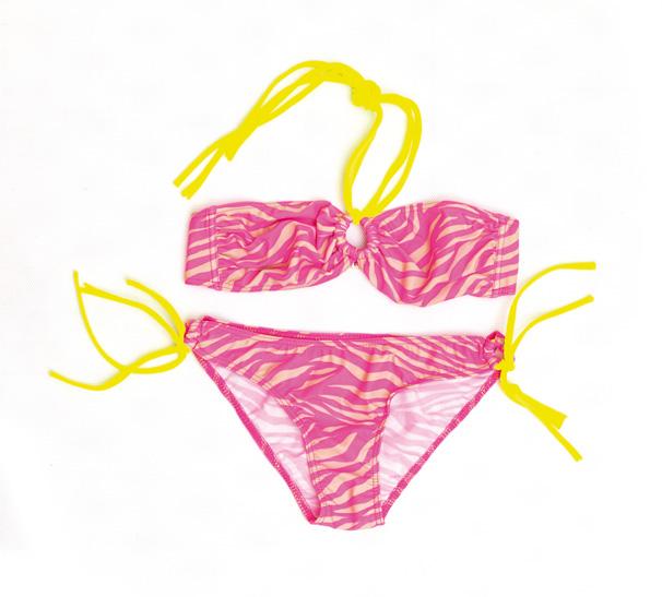 Купальник раздельный06-0717-200_02Стильный женский купальник Emdi будет незаменим во время пляжного сезона и позволит вам подчеркнуть свой вкус и неповторимый стиль. Купальник выполнен из эластичного полиамида. Верх на завязках на шее, на спинке модель фиксируется при помощи защелки. Трусики-слипы средней посадки.