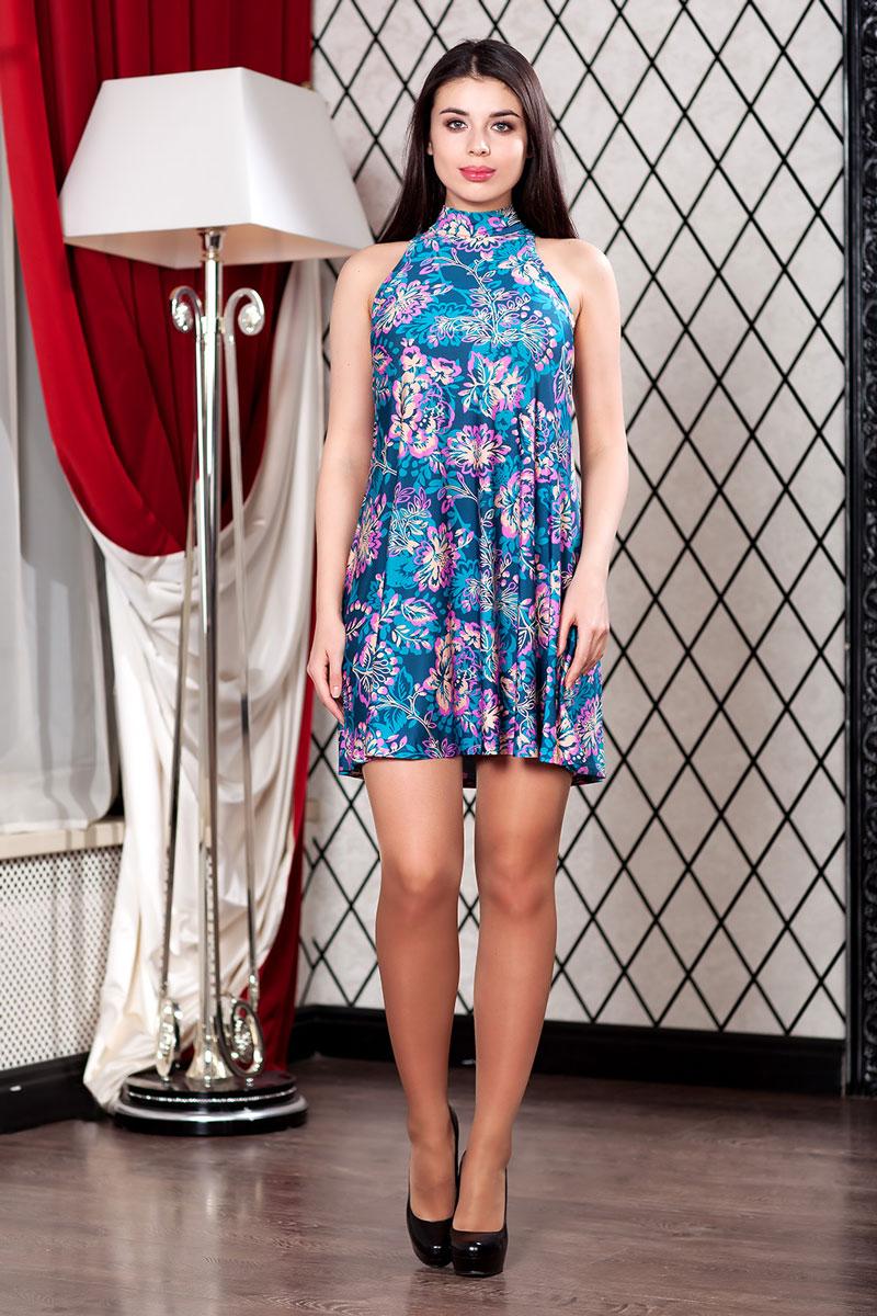 Платье111300_79Очаровательное летнее мини-платье клеш из струящегося трикотажа с ярким принтом. Модель с небольшим воротником-стойка и окантованными проймами.