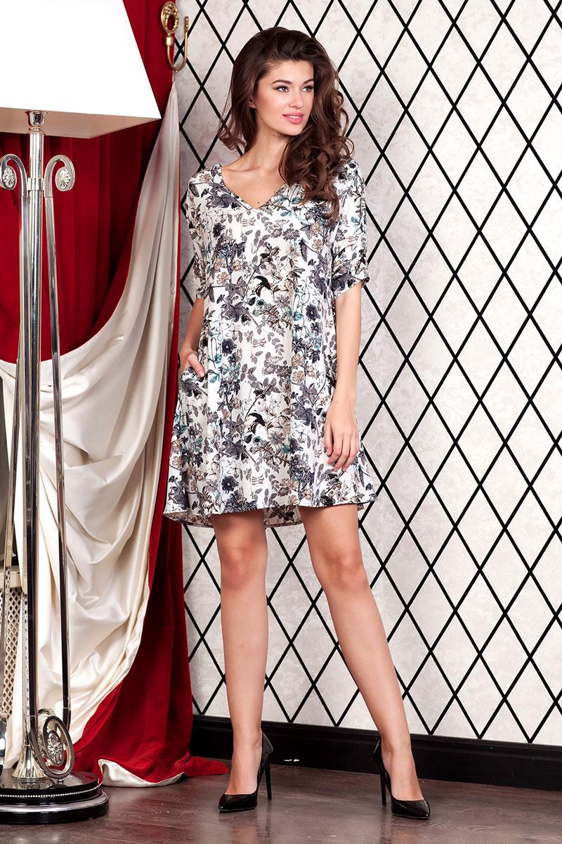 Платье111252_01Стильное мини-платье с карманами в боковых швах из лёгкой ткани с цветочным принтом мгновенно создаст летнее настроение! Модель свободного кроя с V-образным вырезом горловины. Втачной рукав 3/4 со спущенным плечом декорирован складками.