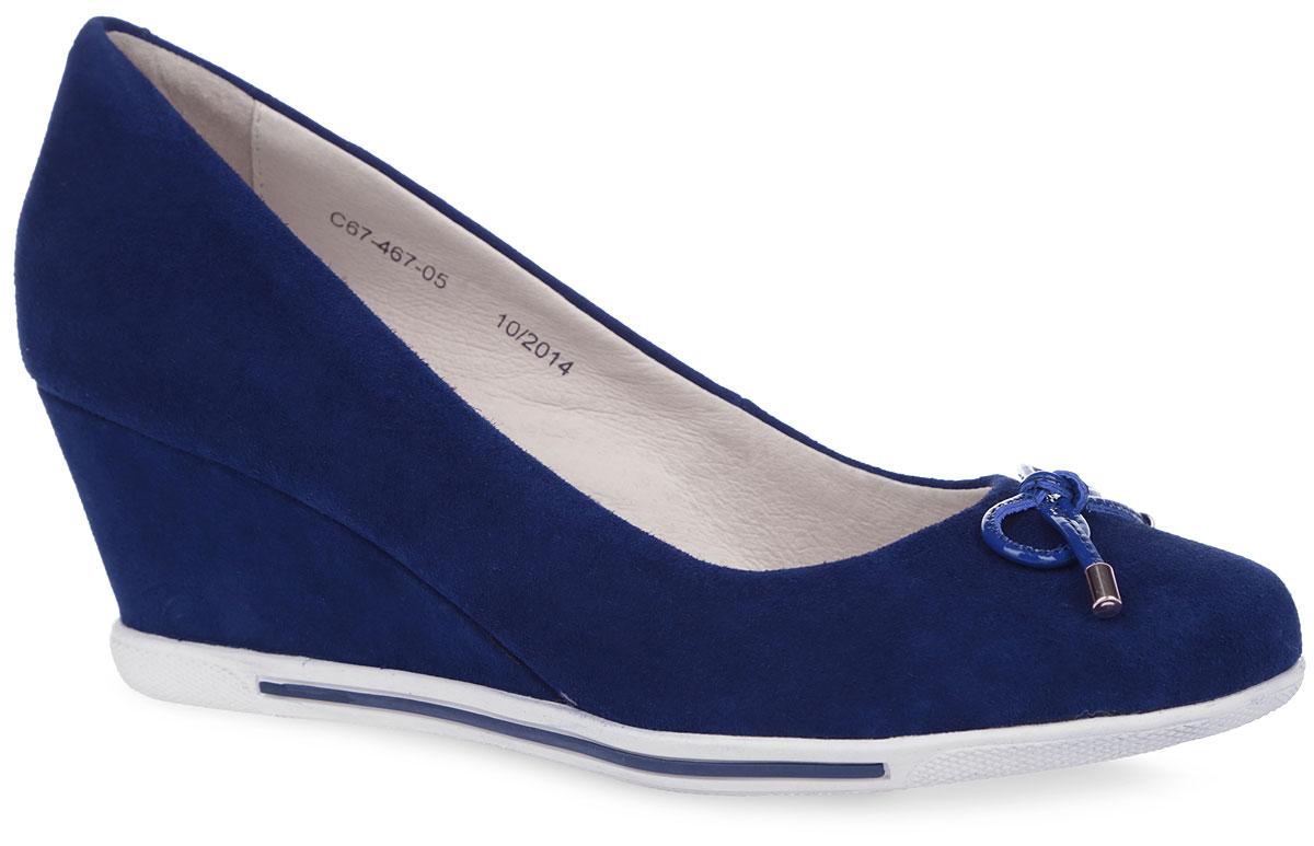 Туфли женские. C67_467-05_NAVYC67_467-05_NAVYУльтрамодные туфли от El Tempo - незаменимая вещь в гардеробе каждой женщины. Модель выполнена из велюра и оформлена на мысе милым бантиком со стильной фурнитурой из лакированной кожи. Подкладка и стелька, изготовленные из натуральной кожи, обеспечат уют и предотвратят натирание. Боковые стороны подошвы дополнены контрастной полоской. Невысокая танкетка устойчива. Подошва с рифлением обеспечивает идеальное сцепление с разными поверхностями. Эффектные туфли позволят вам выделиться среди окружающих!