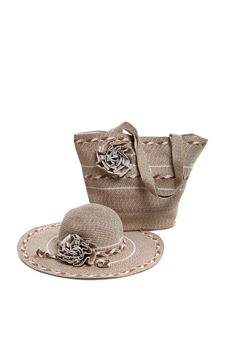 Комплект аксессуаров15T010Оригинальный пляжный комплект Moltini, состоящий из сумки и шляпы, выполнен из плотного текстиля бумаги. Комплект выполнен в едином стиле, оформлен декоративными элементами в виде цветков. Сумка состоит из одного вместительного отделения и закрывается на магнитную кнопку. Внутри размещены два накладных кармана для телефона и мелочей, а также врезной карман на застежке-молнии. Практичные ручки и натуральные материалы делают эту сумку особенно удобной для ношения на плече. Шляпа надежно защитит волосы и лицо от ярких солнечных лучей. Она выполнена в едином стиле с сумкой и достойно завершит комплект. Комплект Moltini идеально подойдет для похода на пляж или для загородной поездки. Уважаемые клиенты! Обращаем ваше внимание на тот факт, что размер изделия, доступный для заказа, соответствует обхвату головы.