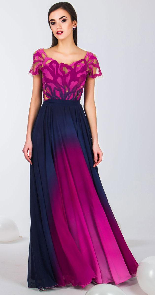4690_606Стильное платье Seam выполнено из полиэстера и дополнено тонкой подкладкой. Платье-макси с круглым вырезом горловины и короткими рукавами-реглан застегивается на потайную застежку-молнию расположенную в среднем шве юбки. Изделие по лифу оформлено оригинальным нашивным узором. Платье дополнено текстильным поясом.