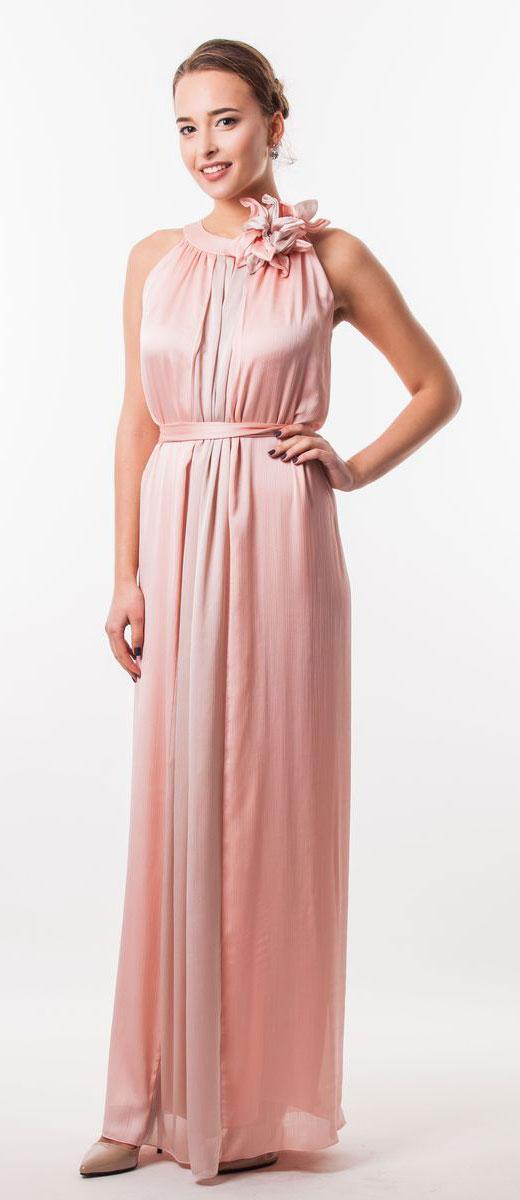 4620_303Очаровательное вечернее платье Seam, выполненное из высококачественного полиэстера, оно отлично сидит по фигуре и подчеркнет ваши достоинства. Платье-макси без рукавов сзади на шее застегивается на две пуговицы. Модель свободного кроя от начала горловины оформлена элегантными складочками. Платье дополнено контрастным пояском, который закрепляется с помощью заколки-брошки в виде цветка.