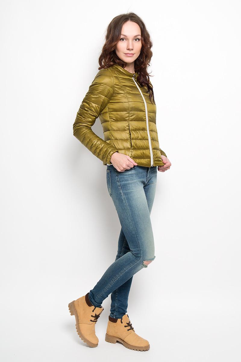 Куртка3532566.01.71Удобная женская куртка Tom Tailor согреет вас в прохладную погоду и позволит выделиться из толпы. Модель с длинными рукавами и круглым вырезом горловины выполнена из прочного полиэстера, застегивается на застежку-молнию и кнопку. Низ рукава изделия дополнен эластичной резинкой. Спереди куртка дополнена двумя втачными карманами. Сзади, в нижнем правом углу, расположена вышивка в виде логотипа бренда. Эта модная и в то же время комфортная куртка - отличный вариант для прогулок, она подчеркнет ваш изысканный вкус и поможет создать неповторимый образ.