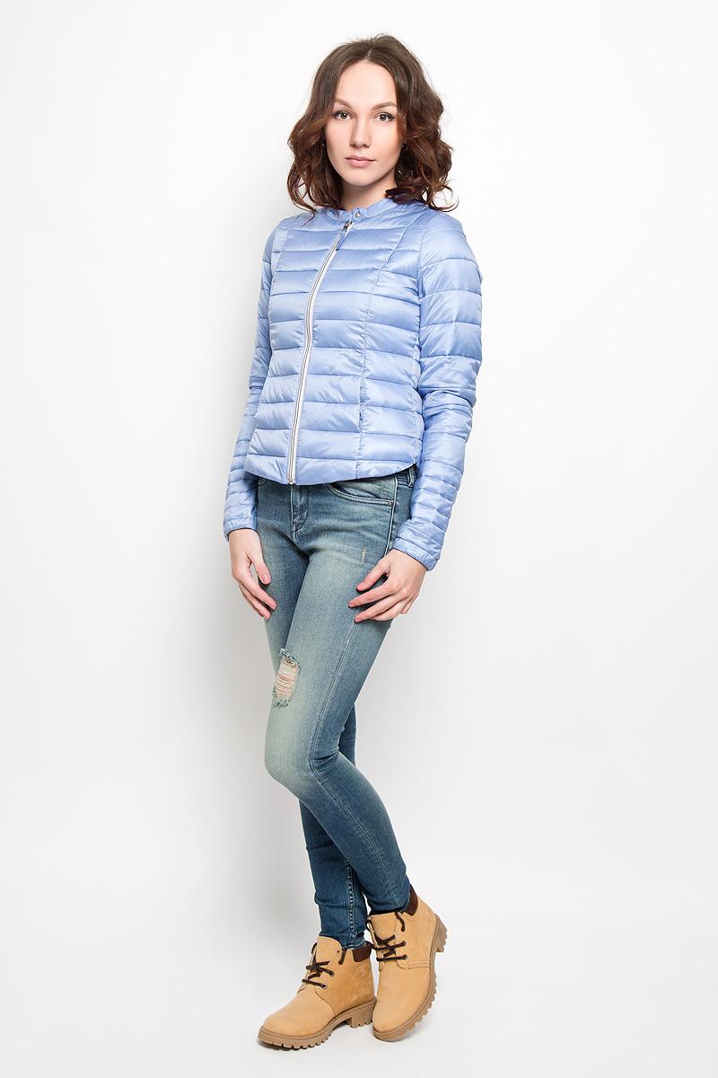 3532566.01.71Удобная женская куртка Tom Tailor согреет вас в прохладную погоду и позволит выделиться из толпы. Модель с длинными рукавами и круглым вырезом горловины выполнена из прочного полиэстера, застегивается на застежку-молнию и кнопку. Низ рукава изделия дополнен эластичной резинкой. Спереди куртка дополнена двумя втачными карманами. Сзади, в нижнем правом углу, расположена вышивка в виде логотипа бренда. Эта модная и в то же время комфортная куртка - отличный вариант для прогулок, она подчеркнет ваш изысканный вкус и поможет создать неповторимый образ.