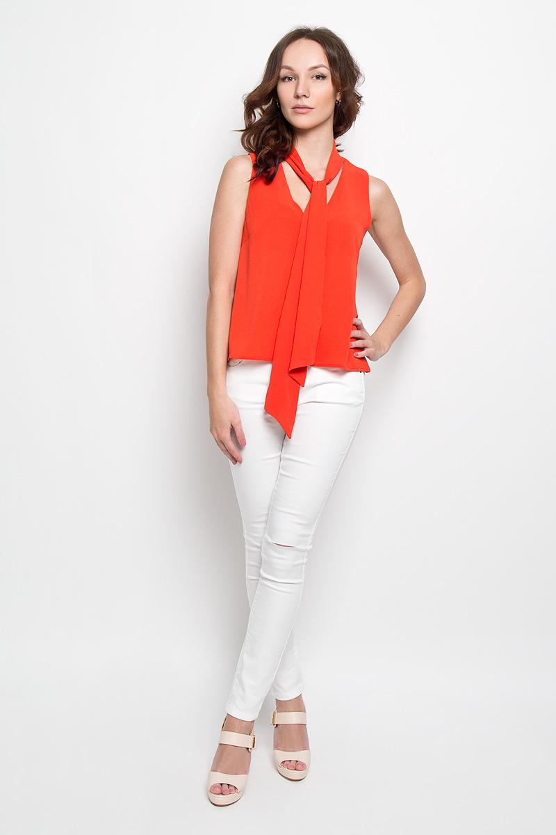 БлузкаAC0356Стильная женская блуза Glamorous, выполненная из высококачественного материала, подчеркнет ваш уникальный стиль и поможет создать оригинальный женственный образ. Легкая блузка трапециевидного кроя, без рукавов и с V-образным вырезом горловины. Спереди модель дополнена нагрудными вытачками. Изюминкой модели является пришивная лента в основании горловины, с помощью которой можно менять образ под настроение. Модель идеально подойдет для жарких летних дней. Такая блузка будет дарить вам комфорт в течение всего дня и послужит замечательным дополнением к вашему гардеробу.