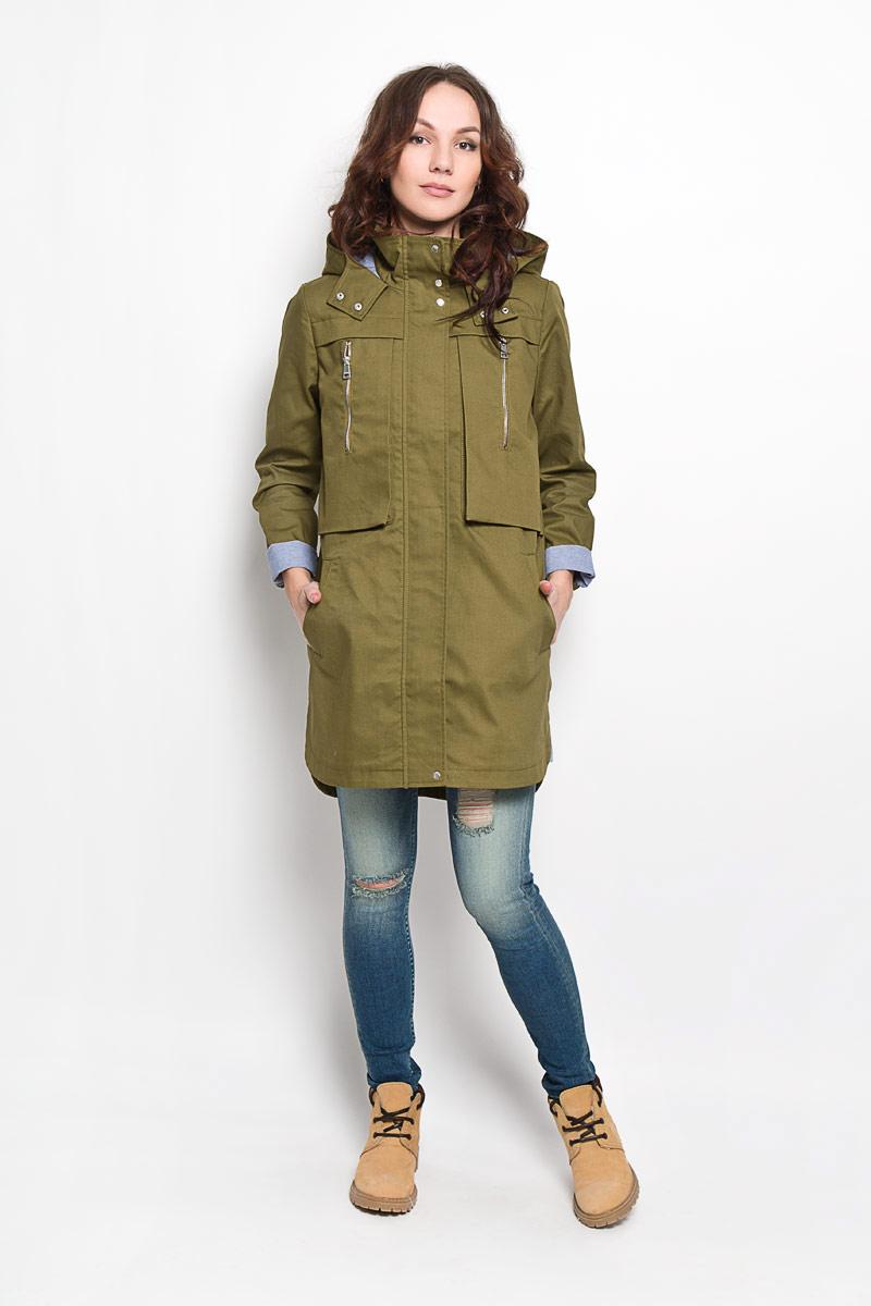 Плащ3820857.00.71_6724Стильное женское пальто Tom Tailor Denim выполнено из натурального хлопка и рассчитана на прохладную погоду. Она поможет вам почувствовать себя максимально комфортно и стильно. Модель с длинными рукавами, воротником-стойкой и не съемным капюшоном застегивается на застежку-молнию и дополнительно ветрозащитным клапаном на кнопки. Низ рукава дополнен небольшим хлястиком на кнопке, за счет которого можно регулировать длину рукава. Куртка спереди дополнена двумя оригинальными накладными карманами на вертикальной застежке-молнии и двумя прорезными карманами, а сзади отлетной кокеткой закрепленной кнопкой. Спинка немного удлинена. В этом пальто вам будет комфортно. Модная фактура ткани, отличное качество, великолепный дизайн.