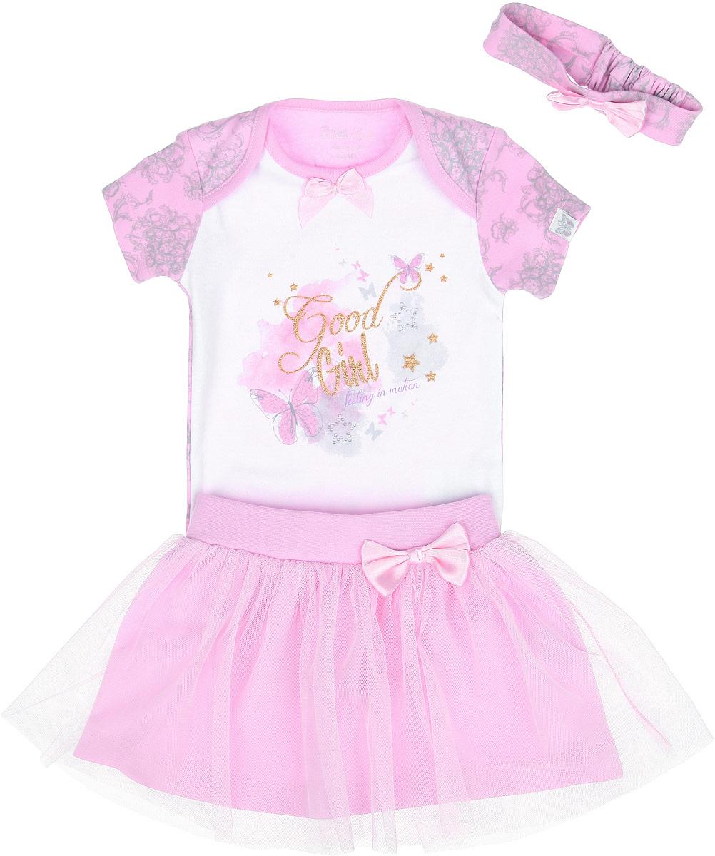 Комплект для девочки: боди, юбка, повязка на голову, цвет: белый, розовый. ZBG 25317-WPZBG 25317-WPКрасивый комплект для девочки Free Age, состоящий из боди, юбки и повязки на голову, станет отличным дополнением к детскому гардеробу. Комплект выполнен из натурального хлопка, он мягкий и приятный на ощупь, не сковывает движения и позволяет коже дышать, не раздражает даже самую нежную и чувствительную кожу, обеспечивая наибольший комфорт. Боди с круглым вырезом горловины и короткими рукавами имеет запахи на плечах и застежки-кнопки на ластовице, которые помогают с легкостью переодеть ребенка или сменить подгузник. Спереди модель декорирована оригинальной термоаппликацией с блестящей надписью Good Girl и звездочками из страз. Оформлено изделие нежным цветочным принтом. Юбка на поясе имеет мягкую резинку, благодаря чему она не сдавливает животик ребенка и не сползает. От пояса отходит юбочка из мягкой микросетки. Повязка на голову сзади дополнена эластичной вставкой, благодаря чему превосходно тянется. Каждый предмет комплекта декорирован пришитым атласным...