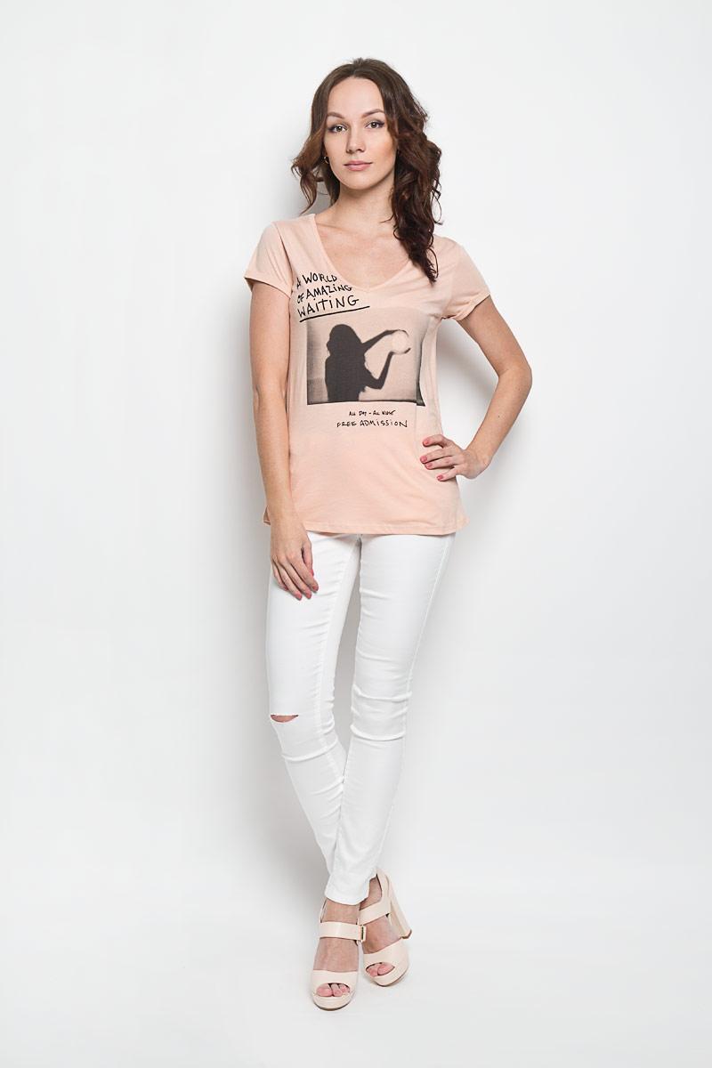10156384 01AЖенская футболка Broadway Elynor, выполненная из хлопка и вискозы, поможет создать отличный современный образ в стиле Casual. Футболка с V-образным вырезом горловины и короткими рукавами. Модель оформлена оригинальным рисунком и надписями на английском языке. Такая футболка станет стильным дополнением к вашему гардеробу, она подарит вам комфорт в течение всего дня!