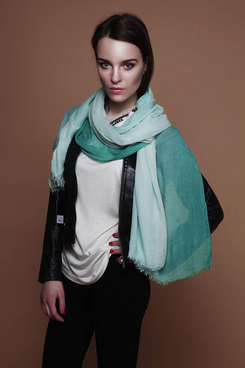 ПалантинCS-9721-1Стильный женский палантин Fiona Fantozzi станет великолепным завершением любого наряда. Палантин изготовлен из модала с добавлением шелка и украшен по краю неширокой бахромой. Легкий и изящный палантин поможет вам создать изысканный женственный образ, а также согреет в непогоду.