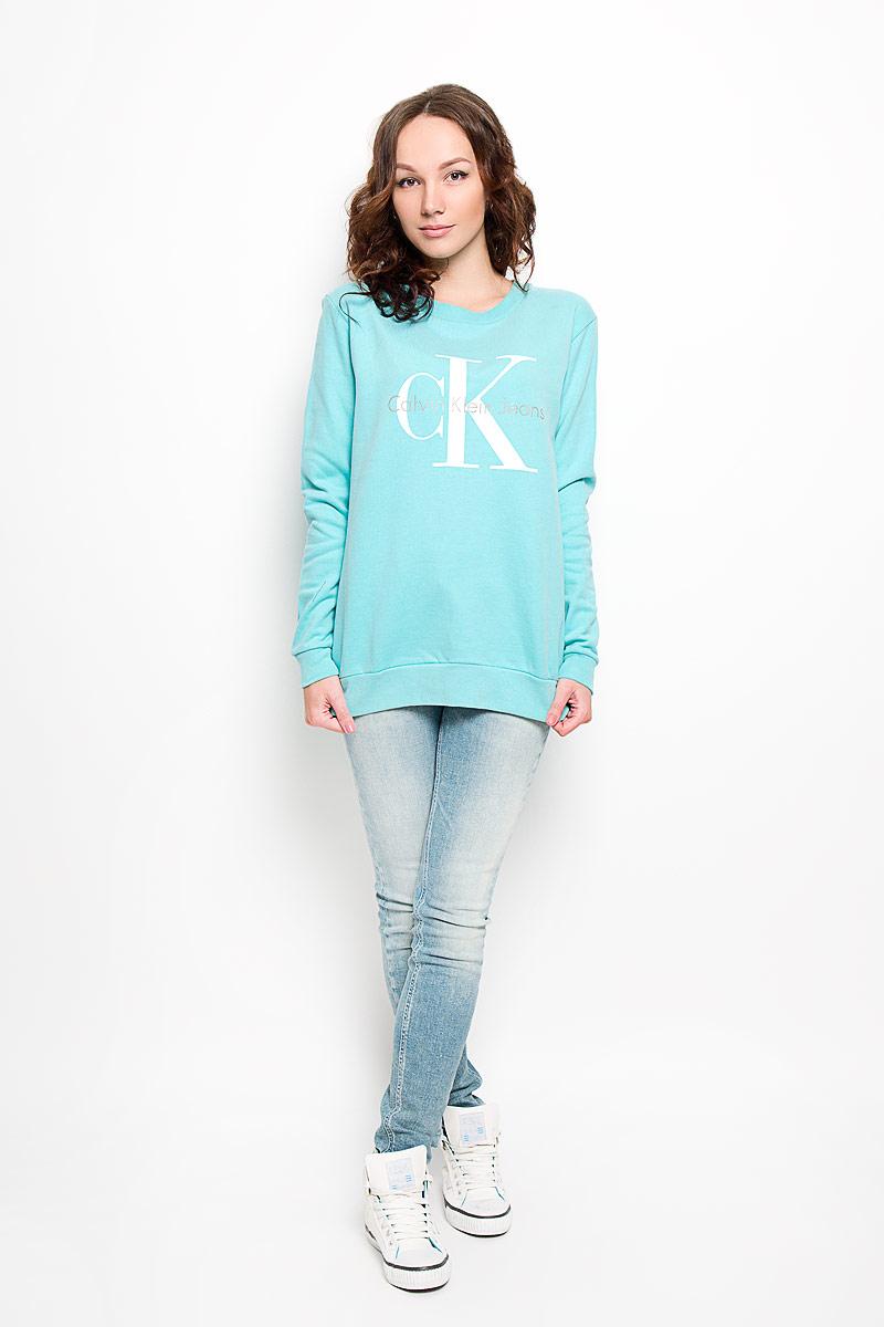 J2IJ202091Стильный женский свитшот Calvin Klein Jeans, выполненный из натурального хлопка, невероятно мягкий и приятный на ощупь. Модель с длинными рукавами и круглым вырезом горловины оформлена спереди логотипом бренда. Вырез горловины, манжеты и низ изделия дополнены трикотажными резинками.