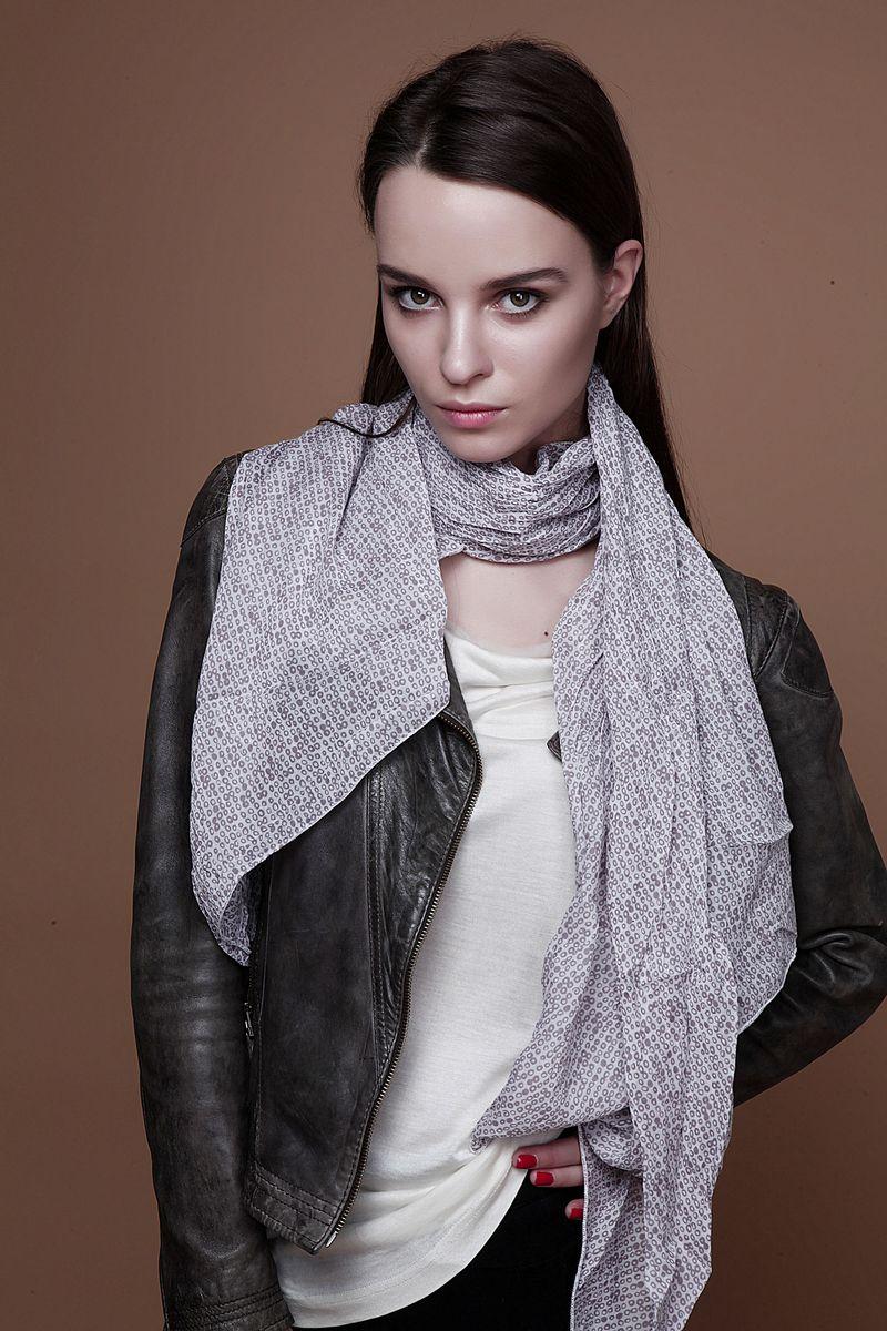 12-01_круги бордоСтильный женский шарф Laura Milano станет великолепным завершением любого наряда. Шарф изготовлен из 100% шелка и оформлен оригинальным принтом. Изящный шарф поможет вам создать изысканный женственный образ, а также согреет в непогоду.