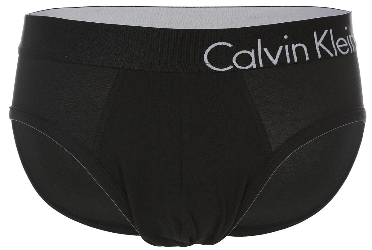 Трусы мужские. U8901AU8901A_100Классические трусы-слипы Calvin Klein выполнены из хлопка с добавлением эластана. Удобная посадка и резинка на талии обеспечат наибольший комфорт. Резинка оформлена вышивкой с названием бренда. Края изделия дополнены эластичными резинками. Модель создана для тех, кто предпочитает комфорт, практичность и современный дизайн.