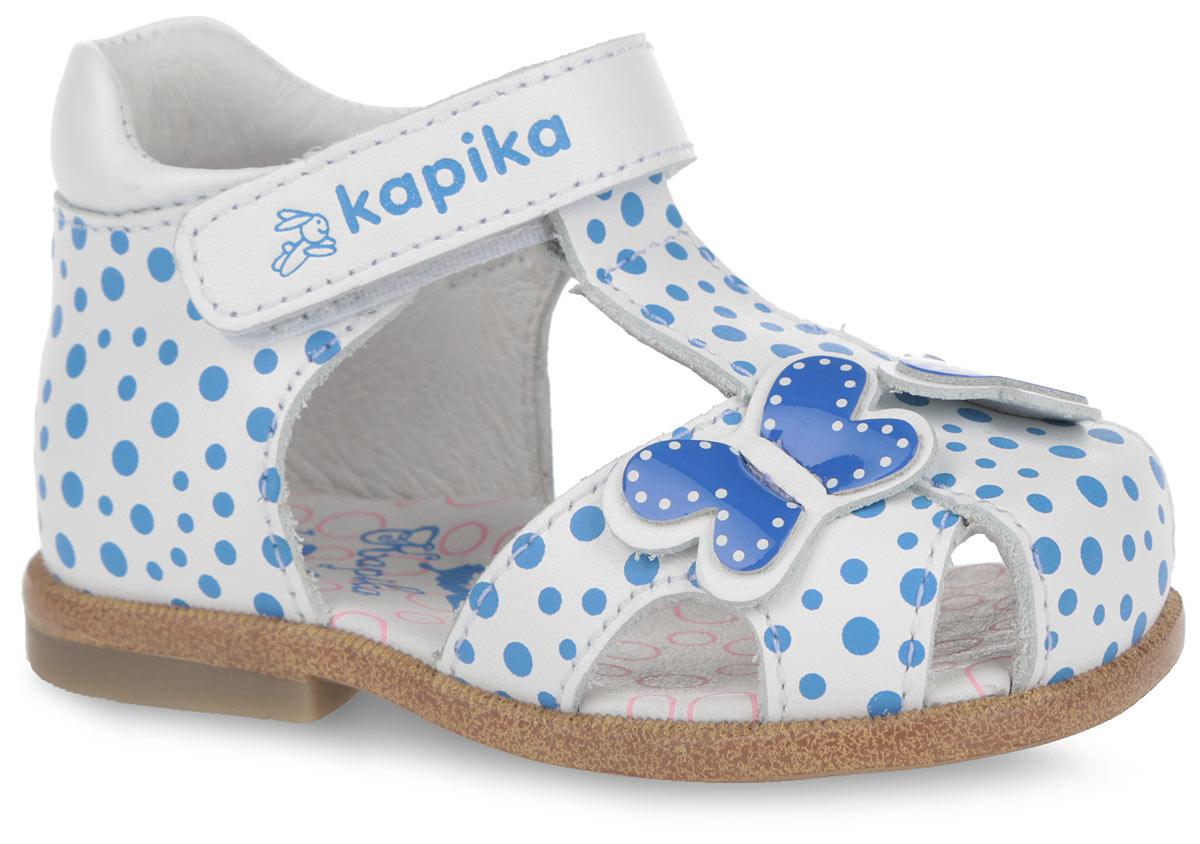 Сандалии для девочки. 1010110101-1Прелестные сандалии от Kapika придутся по душе вашей малышке! Модель выполнена из натуральной кожи, оформленной принтом горох. Полужесткий задник и ремешок на застежке-липучке надежно фиксируют ножку ребенка, не давая ей смещаться из стороны в сторону и назад. Ремешок дополнен фирменным принтом. Мыс декорирован резными отверстиями для лучшей воздухопроницаемости, подъем - роскошными аппликациями в виде бабочек. Подкладка и стелька из натуральной кожи позволяют ножкам дышать. Стелька дополнена супинатором, который гарантирует правильное положение ноги ребенка при ходьбе, предотвращает плоскостопие. Подошва с рифлением обеспечивает идеальное сцепление с любой поверхностью. Удобные и модные сандалии - необходимая вещь в гардеробе каждой девочки.