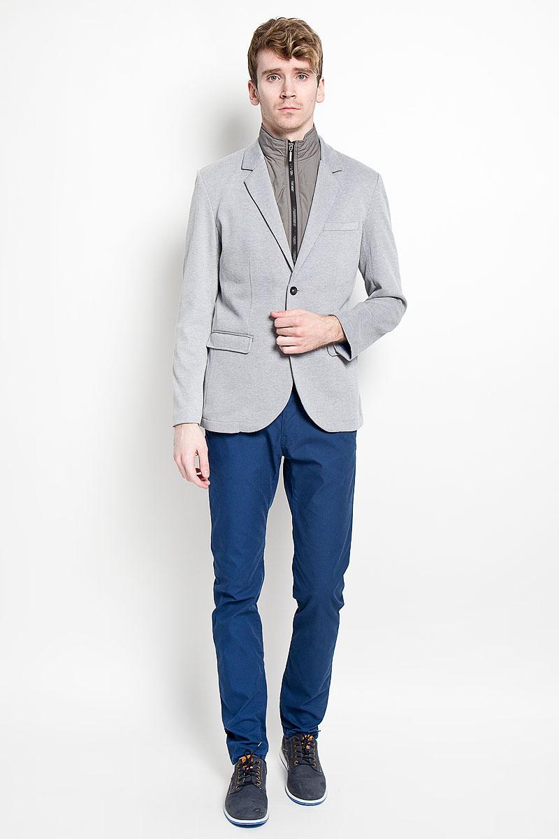 3922413.00.15_2505Стильный мужской пиджак Tom Tailor, изготовленный из хлопка с добавлением полиэстера, не сковывает движений, обеспечивая наибольший комфорт. Модель с длинными рукавами и воротником с лацканами застегивается спереди на две пуговицы. Пиджак дополнен двумя прорезными карманами скрытыми под клапанами и прорезным нагрудным кармашком. На внутренней стороне - два прорезных кармана, один из которых застегивается на пуговицу. На спинке предусмотрена шлица, расположенная в среднем шве. Модель дополнена съемным жилетом который застегивается на застежку-молнию. Этот модный пиджак станет отличным дополнением к вашему гардеробу.