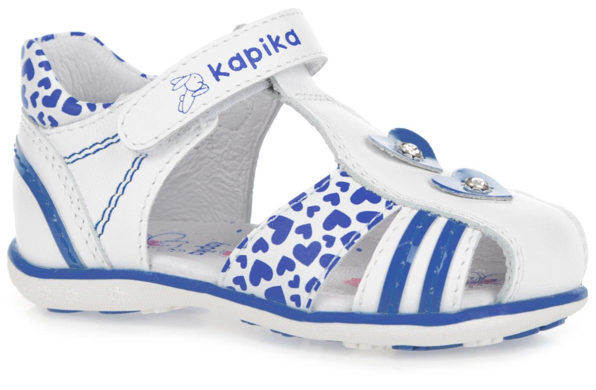 31209-1Восхитительные сандалии от Kapika придутся по душе вашей малышке! Модель выполнена из натуральной и искусственной кожи разной фактуры и оформлена по канту, на переднем ремешке принтом в виде сердец, на верхнем ремешке - фирменным принтом, на заднике и втором нижнем ремешке - нашивками в виде контрастных полосок, в области подъема - аппликациями в виде сердец, инкрустированными стразами. Полужесткий закрытый задник и ремешок на застежке-липучке обеспечивают оптимальную посадку обуви на ноге, не давая ей смещаться из стороны в сторону и назад. Подкладка и стелька из натуральной кожи позволяют ножкам дышать. Стелька дополнена супинатором, который обеспечивает правильное положение ноги ребенка при ходьбе, предотвращает плоскостопие. Подошва оформлена контрастной полоской. Рифленая поверхность подошвы гарантирует отличное сцепление с любыми поверхностями. Стильные сандалии поднимут настроение вам и вашей дочурке!