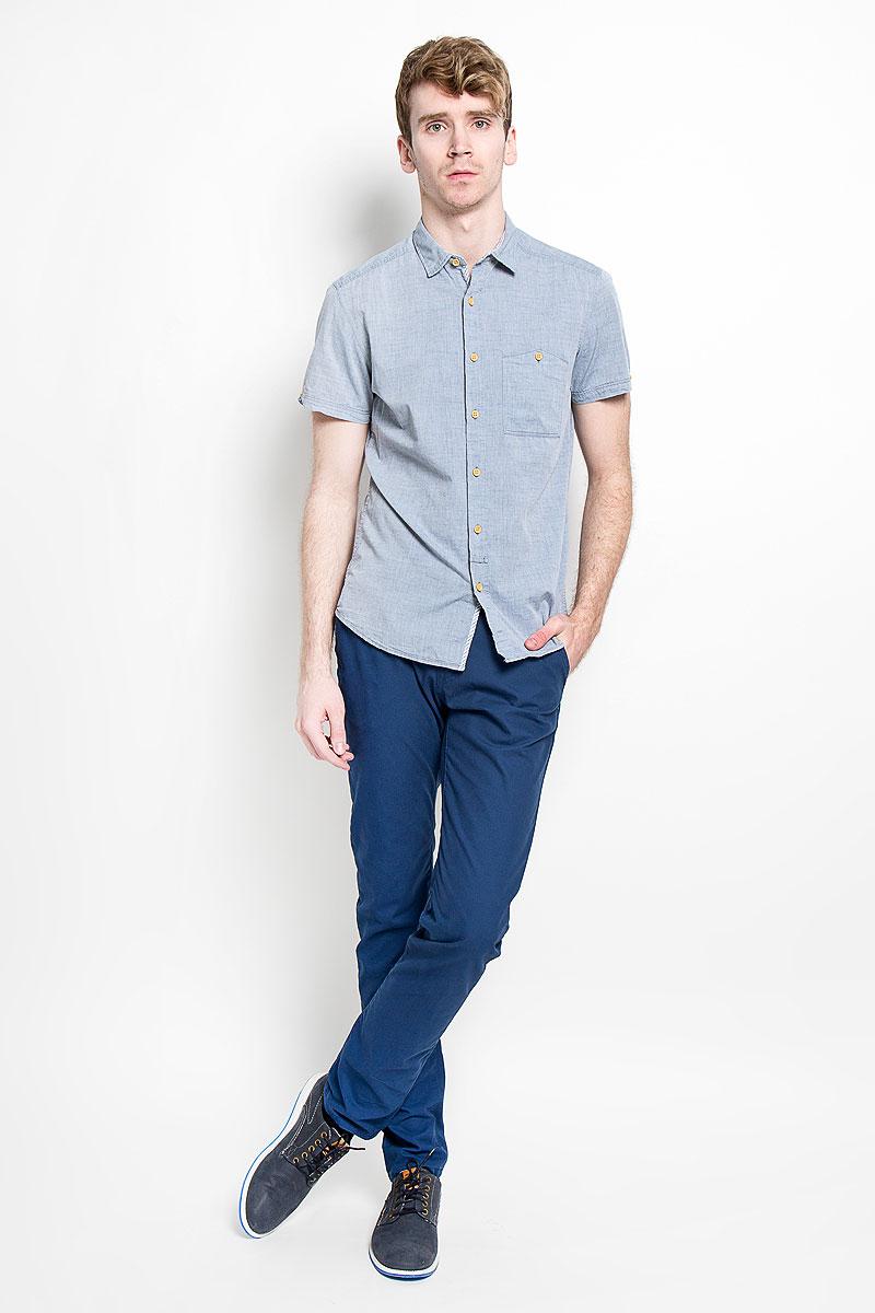 Рубашка2031779.00.12_6748Модная мужская рубашка Tom Tailor Denim прекрасно подойдет для повседневной носки. Благодаря своему составу, в который входит натуральный хлопок, изделие очень мягкое и приятное на ощупь, не сковывает движения и хорошо пропускает воздух. Рубашка с отлодным воротником и короткими рукавами застегивается на пуговицы по всей длине. Спереди модель дополнена накладным карманом, который застегивается на пуговицу, а сзади вышитым логотипом бренда. Такая модель будет дарить вам комфорт в течение всего дня и станет стильным дополнением к вашему гардеробу.
