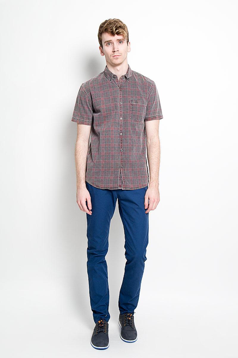 РубашкаEQYWT03289-RRA1Стильная мужская рубашка Quiksilver, изготовленная из высококачественного хлопка, необычайно мягкая и приятная на ощупь, не сковывает движения и обеспечивает наибольший комфорт. Модная рубашка приталенного кроя с отложным воротником, короткими рукавами и полукруглым низом застегивается на пластиковые пуговицы. Модель выполнена из плотного материала и оформлена стильным принтом в клетку. Уголки воротника фиксируются на пуговицы. На груди расположен накладной карман. Эта рубашка идеально подойдет для повседневного гардероба. Такая модель порадует настоящих ценителей комфорта и практичности!