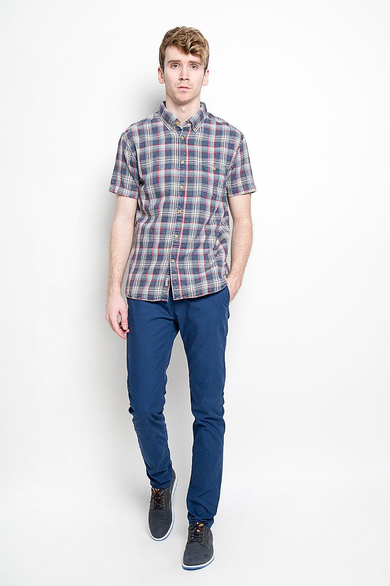 EQYWT03291-BRQ1Стильная мужская рубашка Quiksilver, изготовленная из высококачественного хлопка, необычайно мягкая и приятная на ощупь, не сковывает движения и позволяет коже дышать, обеспечивая наибольший комфорт. Модная рубашка с отложным воротником, короткими рукавами и полукруглым низом застегивается на пластиковые пуговицы. Модель оформлена стильным принтом в клетку. Уголки воротника фиксируются на пуговицы. На груди расположен накладной карман. Эта рубашка идеально подойдет для повседневного гардероба. Такая модель порадует настоящих ценителей комфорта и практичности!