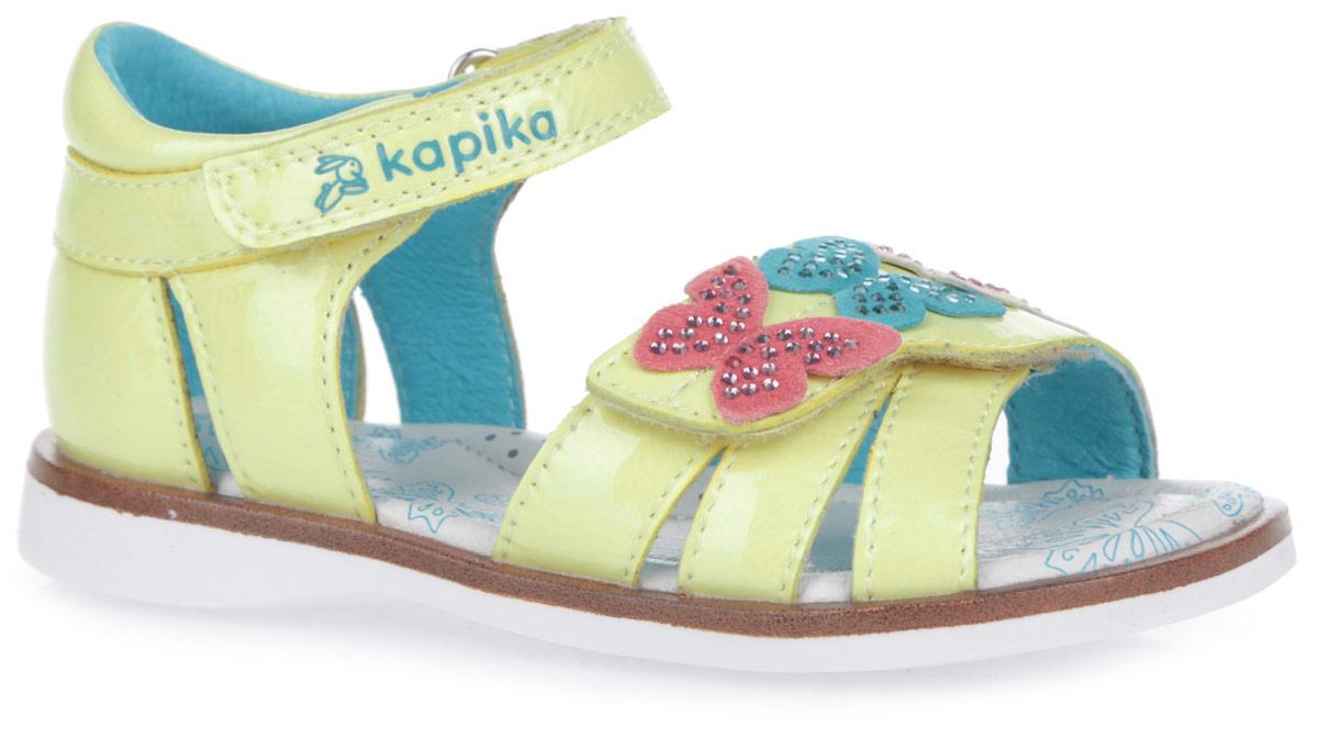Сандалии для девочки. 3125831258-1Прелестные сандалии от Kapika покорят вашу малышку с первого взгляда! Модель выполнена из натуральной лакированной кожи с блестящей поверхностью. Ремешки на застежках-липучках надежно фиксируют ножку ребенка, не давая ей смещаться из стороны в сторону и назад. Верхний ремешок оформлен фирменным принтом, нижний - роскошными аппликациями в виде разноцветных бабочек, инкрустированных россыпью страз. Подкладка и стелька из натуральной кожи позволяют ножкам дышать. Стелька дополнена супинатором, который гарантирует правильное положение ноги ребенка при ходьбе, предотвращает плоскостопие. Подошва с рифлением обеспечивает идеальное сцепление с любой поверхностью. Удобные и модные сандалии - необходимая вещь в гардеробе каждой девочки.