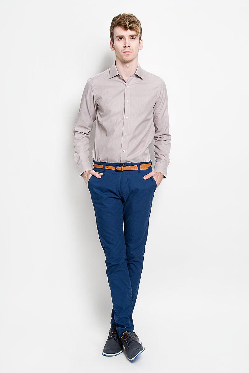 РубашкаSW 66-02Мужская рубашка KarFlorens, изготовленная из высококачественного хлопка с добавлением микрофибры, необычайно мягкая и приятная на ощупь, она не сковывает движения и позволяет коже дышать, обеспечивая комфорт. Модель с классическим отложным воротником, длинными рукавами и полукруглым низом, застегивается на пластиковые пуговицы. Манжеты со срезанными уголками, с застежкой на пуговицы. Ширину манжет можно варьировать благодаря дополнительной пуговице. Пуговицы декорированы логотипом KarFlorens, на правой манжете - вышивка-логотип. Модель оформлена стильным принтом в микрополоску. Внутренняя часть воротника и манжет выполнена из контрастного материала с оригинальным узором. Эта рубашка - идеальный вариант для повседневного гардероба. Такая модель порадует настоящих ценителей комфорта и практичности!