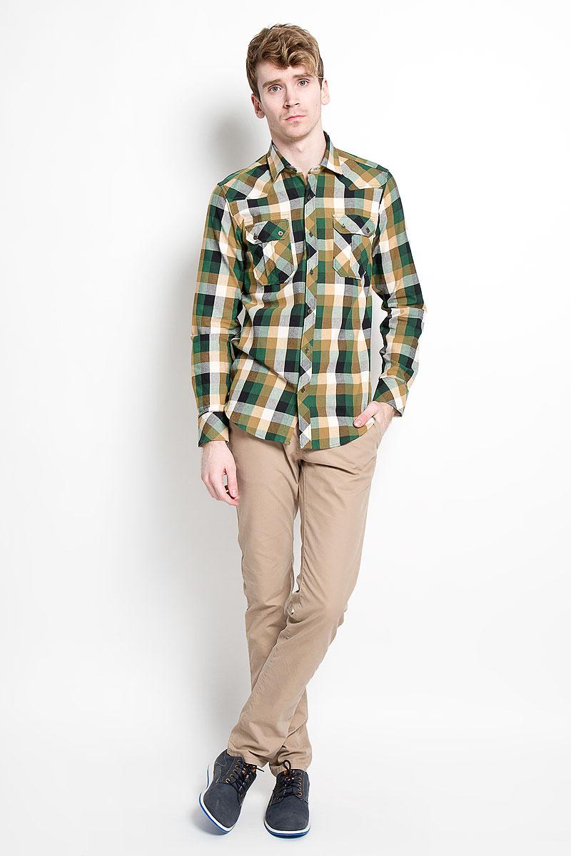 РубашкаSW 65_01Мужская рубашка KarFlorens, изготовленная из высококачественного хлопка с добавлением микрофибры, необычайно мягкая и приятная на ощупь, она не сковывает движения и позволяет коже дышать, обеспечивая комфорт. Модель приталенного кроя с длинными рукавами и отложным воротником застегивается на металлические пуговицы, которые декорированы названием бренда. Манжеты со срезанными уголками могут регулироваться по ширине. На груди предусмотрены два накладных кармана с клапанами, которые также застегиваются на пуговицы. Низ изделия имеет округлую форму. Такая рубашка станет идеальным вариантом для повседневного гардероба. Она порадует настоящих ценителей комфорта и практичности!