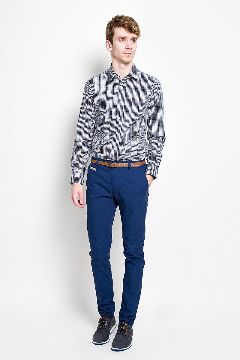6404127.00.10_6845Стильные мужские брюки Tom Tailor подарят вам комфорт и позволят подчеркнуть ваш неповторимый стиль. Брюки слегка зауженного к низу кроя и средней посадки изготовлены из хлопка с добавлением полиамида и не сковывают движения. Брюки на поясе застегиваются на пластиковую пуговицу и ширинку на металлической застежке-молнии, имеют шлевки для ремня. Спереди модель дополнена двумя втачными карманами со скошенными краями и одним маленьким прорезным кармашком, а сзади - двумя прорезными карманами на застежках-пуговицах. Сзади модель оформлена небольшой металлической нашивной с названием бренда. Брюки дополнены стильным ремнем контрастного цвета. Эти модные и в тоже время комфортные брюки послужат отличным дополнением к вашему гардеробу. В них вы всегда будете чувствовать себя уютно и комфортно.