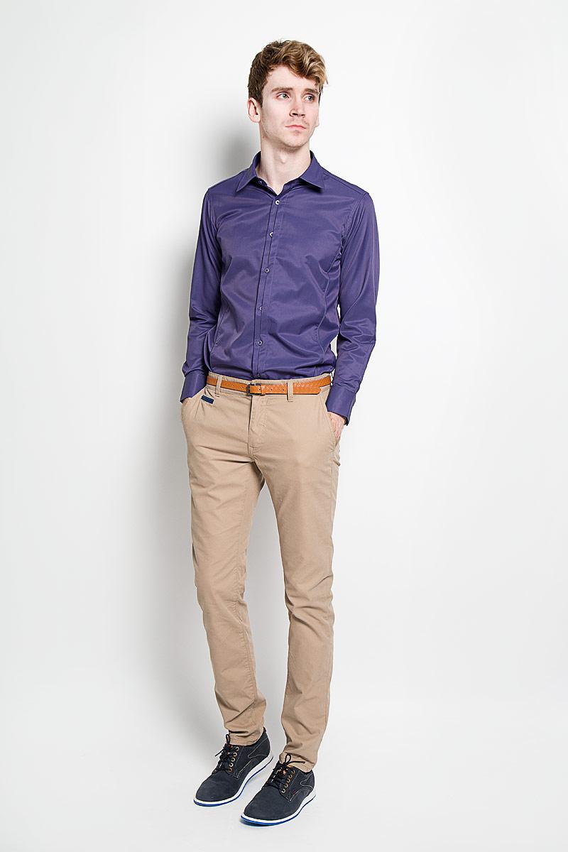 SW 68-01Стильная мужская рубашка KarFlorens, изготовленная из высококачественного хлопка с добавлением микрофибры, необычайно мягкая и приятная на ощупь, не сковывает движения и позволяет коже дышать, обеспечивая наибольший комфорт. Модная рубашка приталенного кроя с отложным воротником, длинными рукавами и полукруглым низом застегивается на пластиковые пуговицы. Пуговицы декорированы логотипом бренда. Фигурные вытачки приталивают модель. Рукава дополнены манжетами с застежкой на две пуговицы. Вытачки, манжеты рукавов и плечи декорированы контрастным кантом. Эта рубашка станет идеальным вариантом для мужского гардероба. Такая модель порадует настоящих ценителей комфорта и практичности!