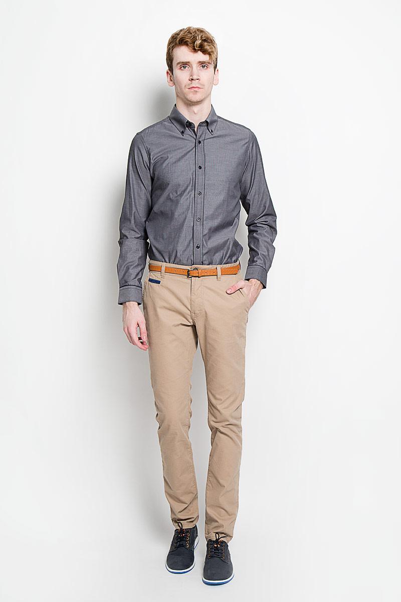 SW 53-01Мужская рубашка KarFlorens, изготовленная из высококачественного хлопка с добавлением микрофибры, необычайно мягкая и приятная на ощупь, она не сковывает движения и позволяет коже дышать, обеспечивая комфорт. Модель приталенного силуэта, с планкой, с классическим отложным воротником на пуговицах, длинными рукавами и полукруглым низом. Рубашка застегивается на пластиковые пуговицы. Манжеты со срезанными уголками, с застежкой на пуговицы. Ширину манжет можно варьировать, благодаря дополнительной пуговице. Пуговицы декорированы логотипом KarFlorens, на правой манжете - вышивка-логотип. Модель оформлена стильным принтом в микрополоску. Эта рубашка - идеальный вариант для повседневного гардероба. Такая модель порадует настоящих ценителей комфорта и практичности!