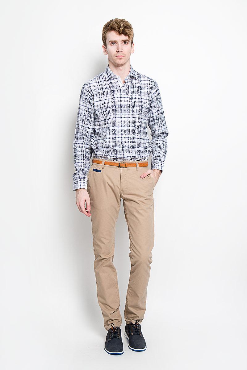 Рубашка мужская. SW 85_клеткаSW 85-08Стильная мужская рубашка KarFlorens, изготовленная из высококачественного хлопка и бамбука, необычайно мягкая и приятная на ощупь, не сковывает движения и позволяет коже дышать, обеспечивая наибольший комфорт. Модная рубашка приталенного кроя с классическим отложным воротником, длинными рукавами и полукруглым низом застегивается на пластиковые пуговицы квадратной формы. Пуговицы с тиснением логотипа бренда. Модель оформлена принтом в клетку и растительным узором. Рукава дополнены манжетами на пуговицах. Верхняя стойка воротника, внутренняя часть манжет и правая планка - из ткани белого цвета. Эта рубашка станет идеальным вариантом для повседневного гардероба. Такая модель порадует настоящих ценителей комфорта и практичности!