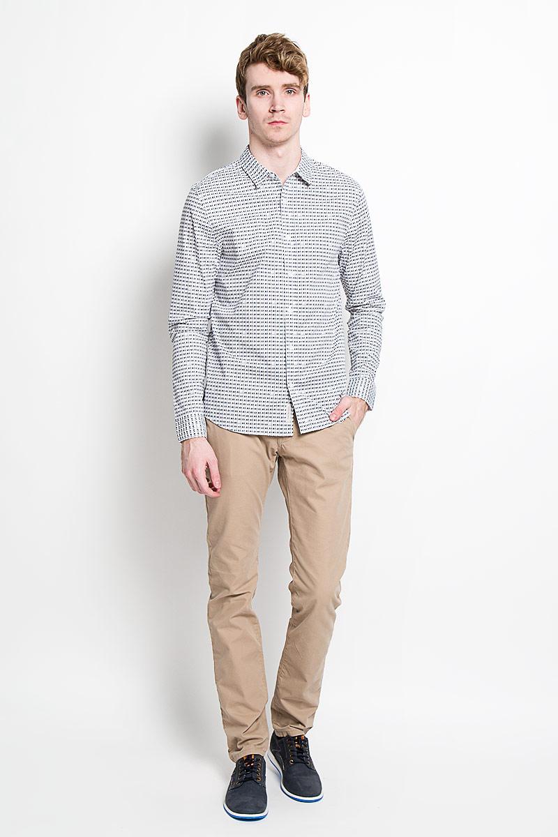 РубашкаJ3IJ303638_1180Стильная мужская рубашка Calvin Klein Jeans станет прекрасным дополнением к вашему гардеробу. Она выполнена из натурального хлопка с добавлением эластана, обладает высокой теплопроводностью, воздухопроницаемостью и гигроскопичностью, позволяет коже дышать, тем самым обеспечивая наибольший комфорт при носке даже жарким летом. Модель силуэта slim fit с длинными рукавами и отложным воротником застегивается на пуговицы. Рукава дополнены манжетами на пуговицах. Рубашка оформлена оригинальным принтом. Такая рубашка будет дарить вам комфорт и уверенность в течение всего дня.