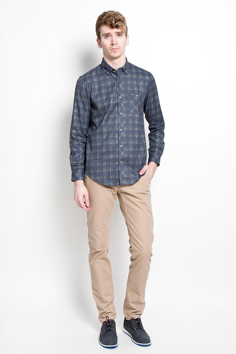 РубашкаSW 64_01Мужская рубашка KarFlorens, изготовленная из высококачественного хлопка с добавлением микрофибры, необычайно мягкая и приятная на ощупь, она не сковывает движения и позволяет коже дышать, обеспечивая комфорт. Модель приталенного кроя с длинными рукавами и отложным воротником застегивается на металлические пуговицы, которые декорированы названием бренда. Манжеты со срезанными уголками могут регулироваться по ширине. На груди предусмотрен накладной карман, который также застегивается на пуговицу. На спине рубашки имеются две декоративные складки. Низ изделия имеет округлую форму. Такая рубашка станет идеальным вариантом для повседневного гардероба. Она порадует настоящих ценителей комфорта и практичности!
