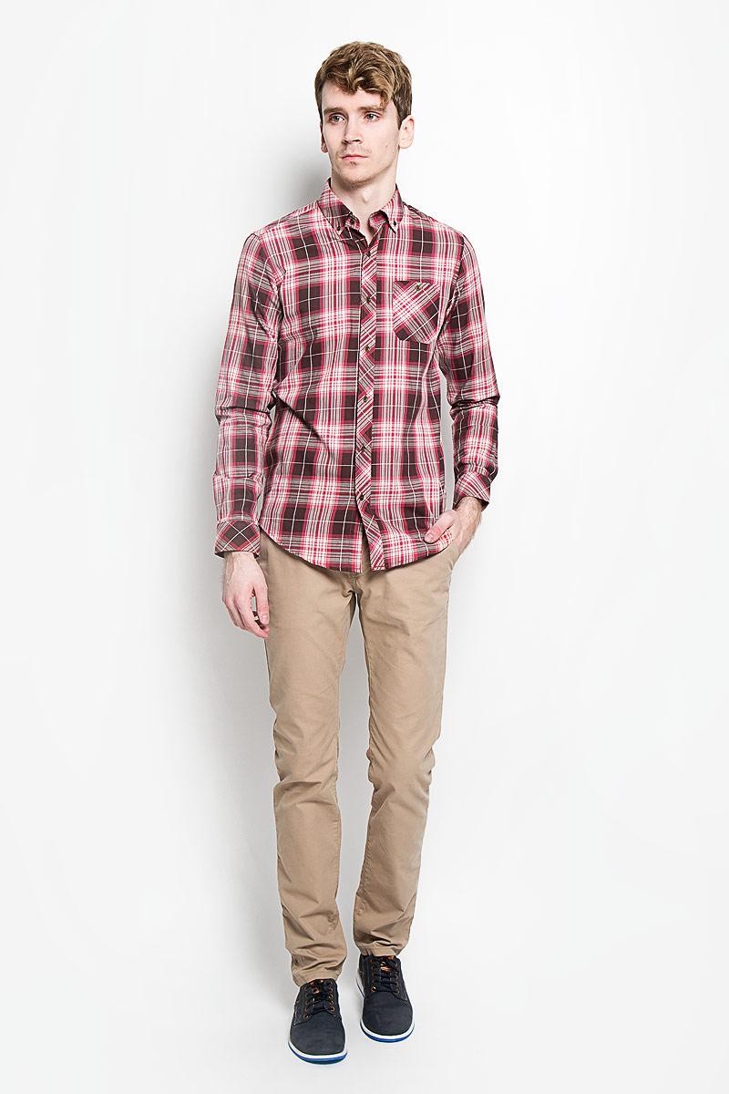 РубашкаSW 62-02Стильная мужская рубашка KarFlorens, изготовленная из высококачественного хлопка с добавлением микрофибры, необычайно мягкая и приятная на ощупь, не сковывает движения и позволяет коже дышать, обеспечивая наибольший комфорт. Модная рубашка с отложным воротником, длинными рукавами и полукруглым низом застегивается на металлические пуговицы. Пуговицы выполнены с тиснением логотипа бренда. Модель приталенного кроя оформлена принтом в клетку и на груди слева дополнена накладным карманом на пуговице. Рукава рубашки дополнены манжетами на пуговицах. Уголки воротника также фиксируются при помощи пуговиц. Эта рубашка идеальный вариант для повседневного гардероба. Такая модель порадует настоящих ценителей комфорта и практичности!