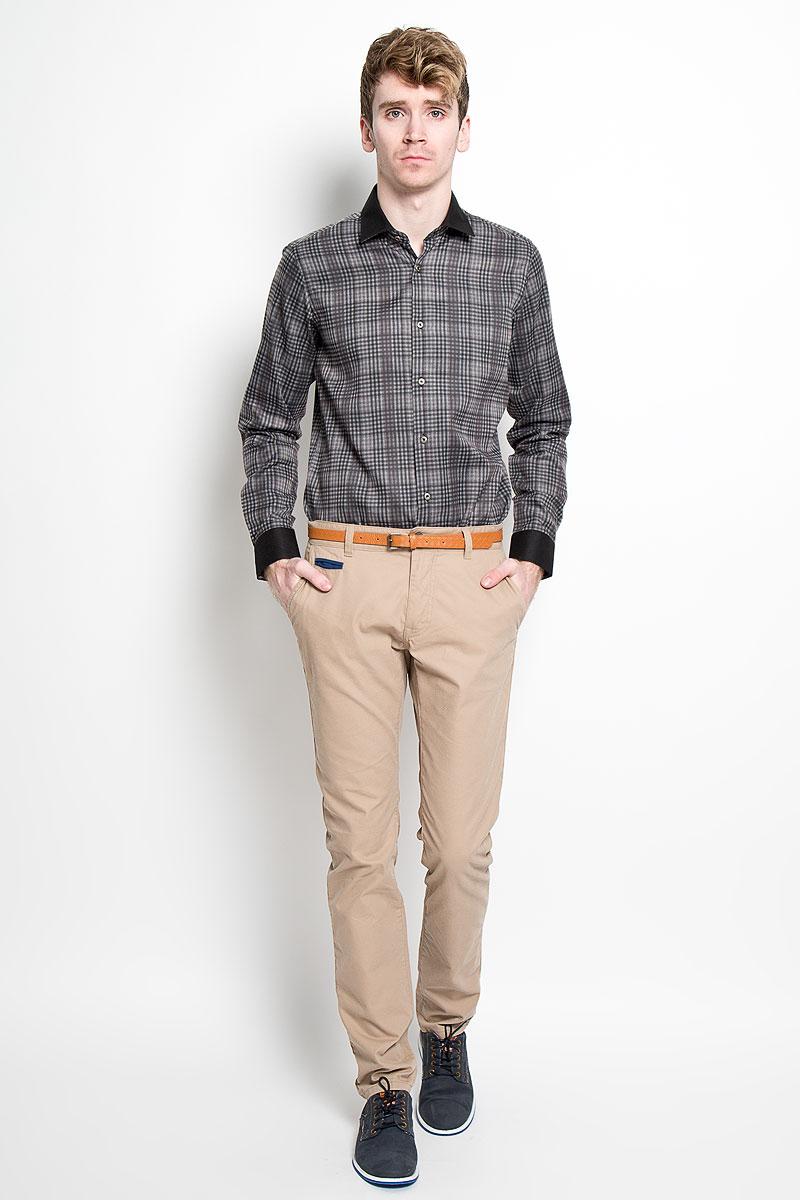 РубашкаSW 63-01Мужская рубашка KarFlorens, изготовленная из высококачественного хлопка с добавлением микрофибры, необычайно мягкая и приятная на ощупь, она не сковывает движения и позволяет коже дышать, обеспечивая комфорт. Модель с длинными рукавами и отложным воротником застегивается на металлические пуговицы, которые декорированы названием бренда. Манжеты со срезанными уголками и регулировкой ширины также застегиваются на пуговицы. Такая рубашка станет идеальным вариантом для повседневного гардероба. Она порадует настоящих ценителей комфорта и практичности!