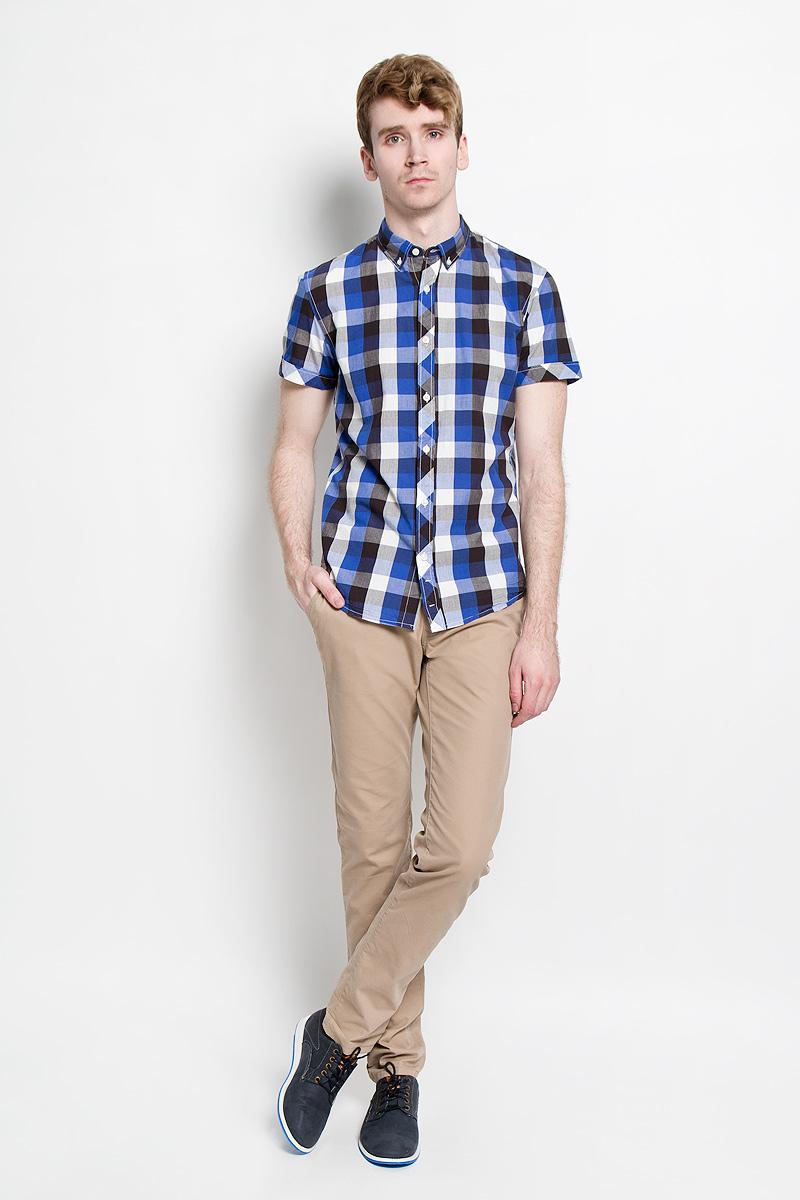 2031126.09.12_4269Стильная мужская рубашка Tom Tailor Denim, изготовленная из высококачественного хлопка, необычайно мягкая и приятная на ощупь, не сковывает движения и позволяет коже дышать, обеспечивая наибольший комфорт. Модная рубашка с отложным воротником, короткими рукавами и полукруглым низом застегивается на пластиковые пуговицы. Модель оформлена принтом в клетку, а рукава дополнены отворотом. Уголки воротника также фиксируются при помощи пуговиц. Эта рубашка идеальный вариант для повседневного гардероба. Такая модель порадует настоящих ценителей комфорта и практичности!
