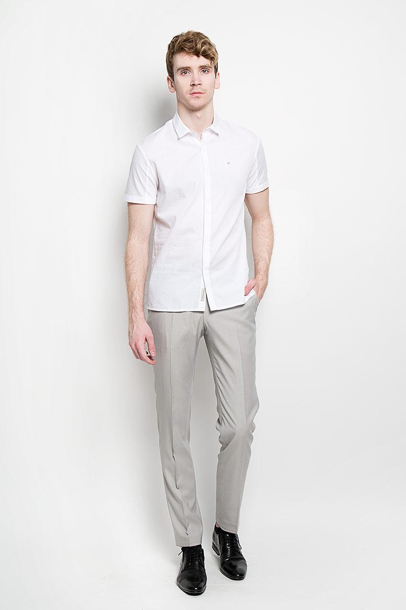 РубашкаJ3IJ303638_1180Стильная мужская рубашка Calvin Klein Jeans, изготовленная из высококачественного хлопка, необычайно мягкая и приятная на ощупь, не сковывает движения и позволяет коже дышать, обеспечивая наибольший комфорт. Модная рубашка приталенного кроя с отложным воротником и короткими рукавами застегивается на металлические пуговицы по всей длине изделия, которые скрыты планкой. Спинка модели выполнена из трикотажного материала. На рукавах также имеются трикотажные вставки. Рубашка оформлена фирменной вышивкой на груди слева. Эта рубашка идеально подойдет для повседневного гардероба. Такая модель порадует настоящих ценителей комфорта и практичности!