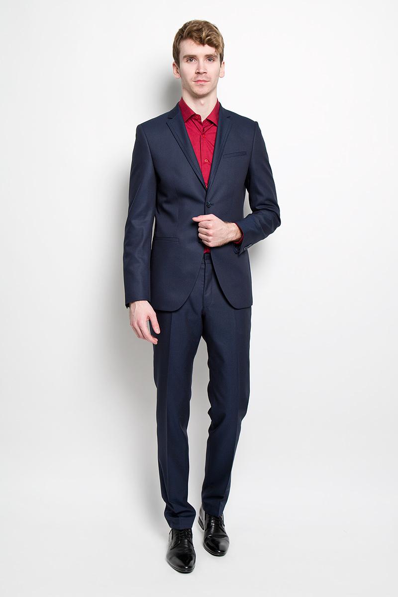 Костюм1639-VA-439SМужской костюм Valenti силуэта Slim идеально подойдет обладателям стройной фигуры. Костюм, состоящий из пиджака и брюк, изготовлен из высококачественного материала. Подкладка изделий выполнена из полиэстера. Приталенный пиджак с длинными рукавами и воротником с высоким раскепом и отрезной обтачкой по краю лацкана. Модель дополнена прорезным карманом на груди и двумя прорезными карманами в нижней части изделия. Внутри находятся два прорезных кармана, один из которых застегивается на пуговицу. Низ рукавов декорирован пришитыми пуговицами. Спинка дополнена двумя шлицами. Зауженные брюки низкой посадки со стрелками на поясе застегиваются на две пуговицы и металлический крючок, также имеются ширинка на застежке-молнии и шлевки для ремня. Спереди модель дополнена двумя втачными карманами со скошенными краями, а сзади - прорезным карманом на пуговице. Этот модный и в то же время комфортный костюм - отличный вариант для офиса и торжеств. Благодаря классическому фасону он...