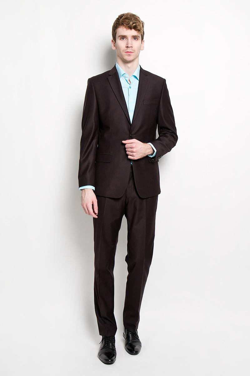 1541-VX-701SМужской костюм Valenti силуэта Slim идеально подойдет обладателям стройной фигуры. Костюм, состоящий из пиджака и брюк, изготовлен из высококачественного материала. Подкладка изделий выполнена из полиэстера. Приталенный пиджак с длинными рукавами и воротником с высоким раскепом и узким лацканом. Модель дополнена прорезным карманом на груди и двумя прорезными карманами с клапанами в нижней части изделия. Внутри находятся три прорезных кармана, один из которых застегивается на пуговицу. Низ рукавов декорирован пришитыми пуговицами. Спинка дополнена двумя шлицами. Брюки низкой посадки со стрелками на поясе застегиваются на пуговицу и металлический крючок, также имеются ширинка на застежке-молнии и шлевки для ремня. Спереди модель дополнена двумя втачными карманами со скошенными краями, а сзади - прорезным карманом на пуговице. Этот модный и в то же время комфортный костюм - отличный вариант для офиса и торжеств. Благодаря классическому фасону он станет великолепным...