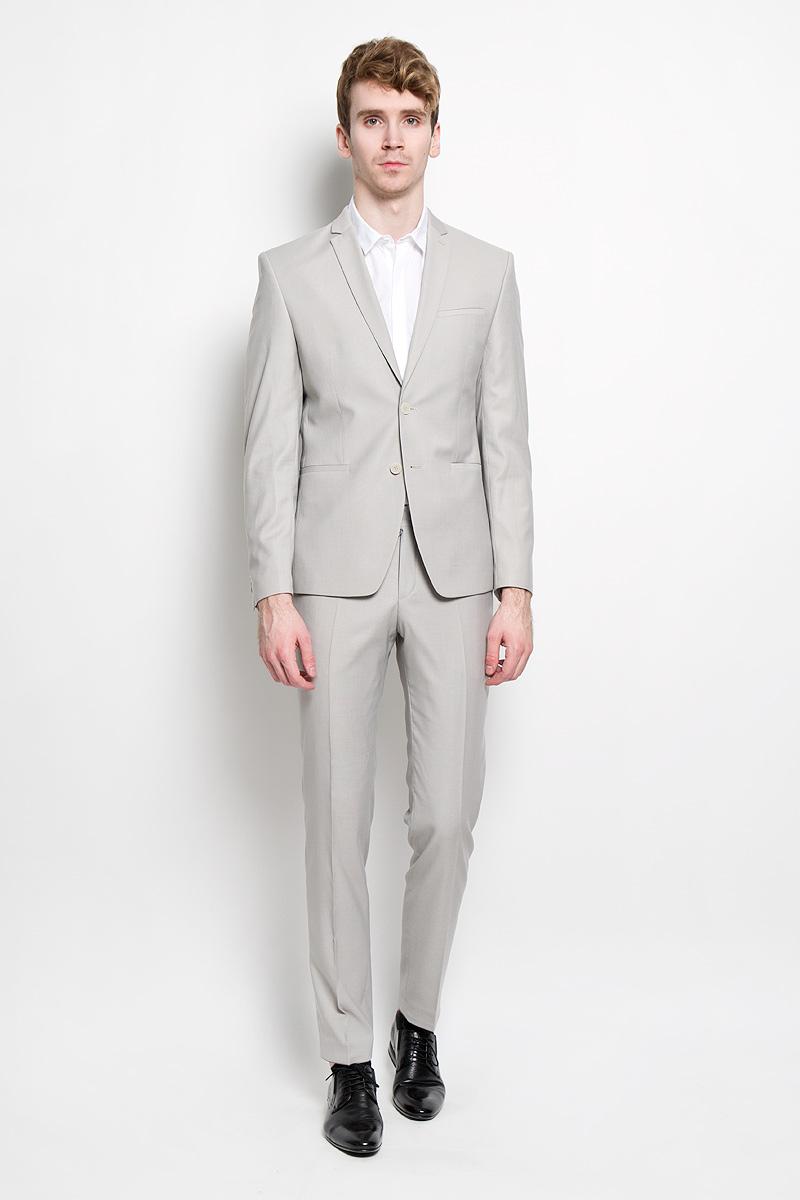 Костюм8137-VX-502T403Мужской костюм Valenti силуэта Slim идеально подойдет обладателям стройной фигуры. Костюм, состоящий из пиджака и брюк, изготовлен из высококачественного материала. Подкладка изделий выполнена из полиэстера. Приталенный пиджак с длинными рукавами и воротником с высоким раскепом и узким лацканом застегивается на две пуговицы. Модель дополнена прорезным карманом на груди и двумя прорезными карманами в нижней части изделия. Внутри находятся два прорезных кармана, один из которых застегивается на пуговицу. Низ рукавов декорирован пришитыми пуговицами. Спинка дополнена двумя шлицами. Зауженные брюки низкой посадки со стрелками на поясе застегиваются на две пуговицы и металлический крючок, также имеются ширинка на застежке-молнии и шлевки для ремня. Спереди модель дополнена двумя втачными карманами со скошенными краями, а сзади - двумя прорезными карманами на пуговицах. Этот модный и в то же время комфортный костюм - отличный вариант для офиса и торжеств. Благодаря...
