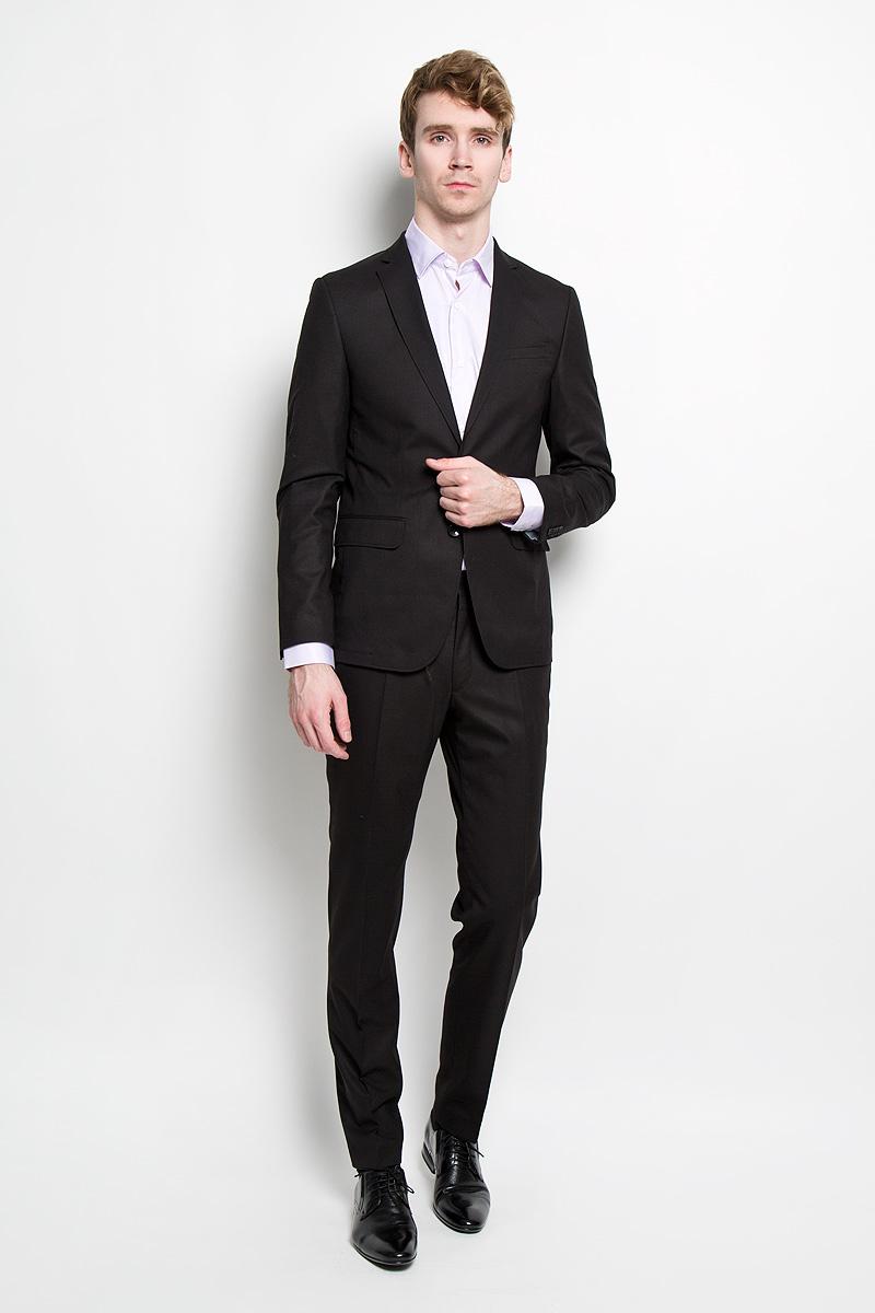 Костюм8547-VM-444SСтильный мужской костюм Valenti силуэта Slim идеально подойдет обладателям стройной фигуры. Костюм, состоящий из пиджака и брюк, изготовлен из высококачественного материала. Подкладка изделий выполнена из полиэстера. Приталенный пиджак с длинными рукавами и воротником с лацканами дополнен прорезным карманом на груди и двумя прорезными карманами с клапанами в нижней части изделия. С внутренней стороны находятся два прорезных кармана, один из которых застегивается на пуговицу. Низ рукавов украшен декоративными пуговицами. Спинка дополнена одной шлицей. Застегивается пиджак на две пуговицы. Брюки заниженной посадки со стрелками застегиваются на крючок в поясе и ширинку на застежке-молнии, и дополнительно на пуговицу. Брюки имеют шлевки для ремня. Спереди модель дополнена двумя втачными карманами со скошенными краями, а сзади - прорезным карманом на пуговице. Этот модный и в то же время комфортный костюм - отличный вариант для офиса и торжеств. Благодаря классическому...